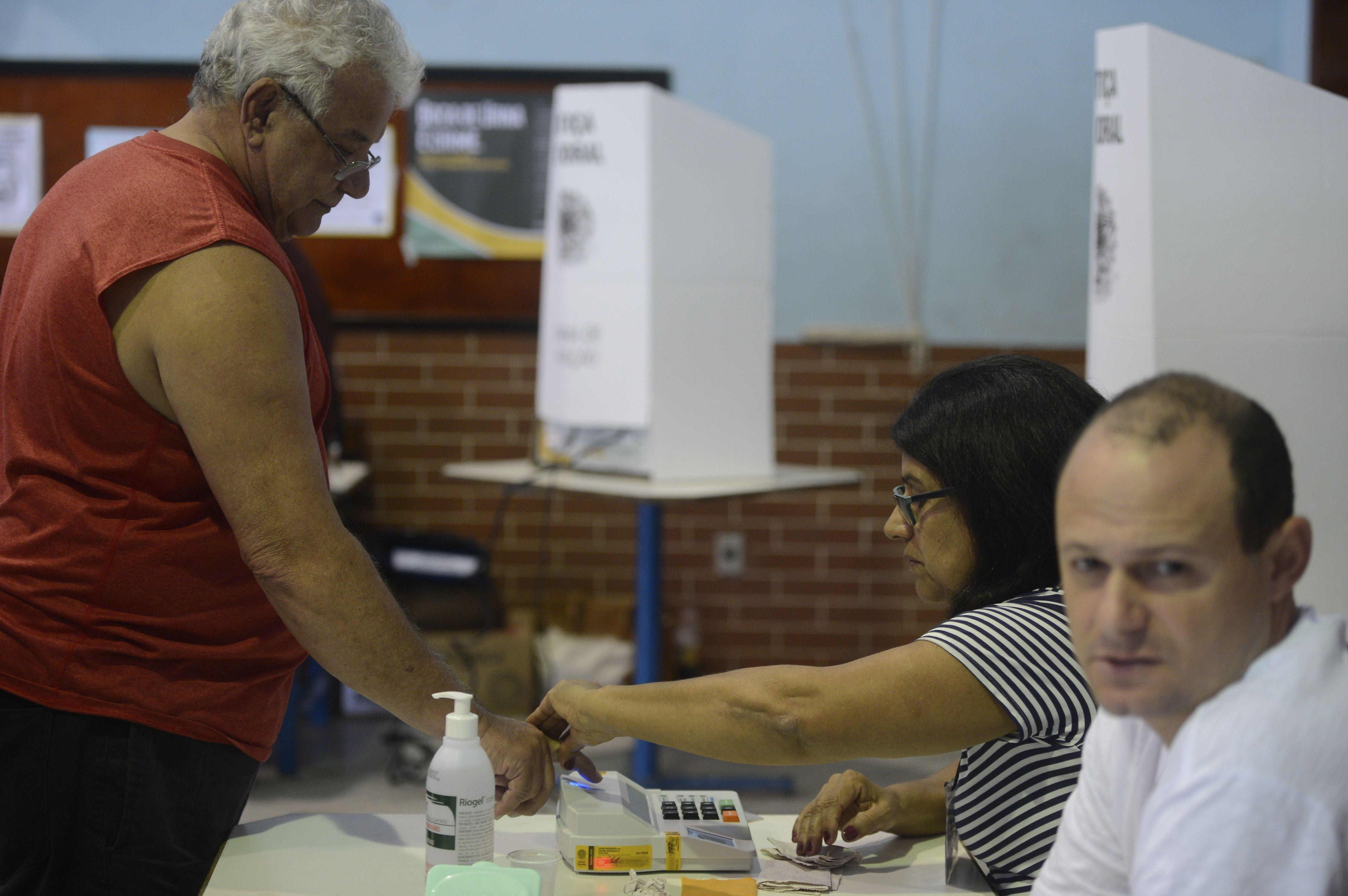 Eleitores de todo o Brasil vão às urnas para escolher prefeitos - Tânia Rêgo/Agência Brasil/ND