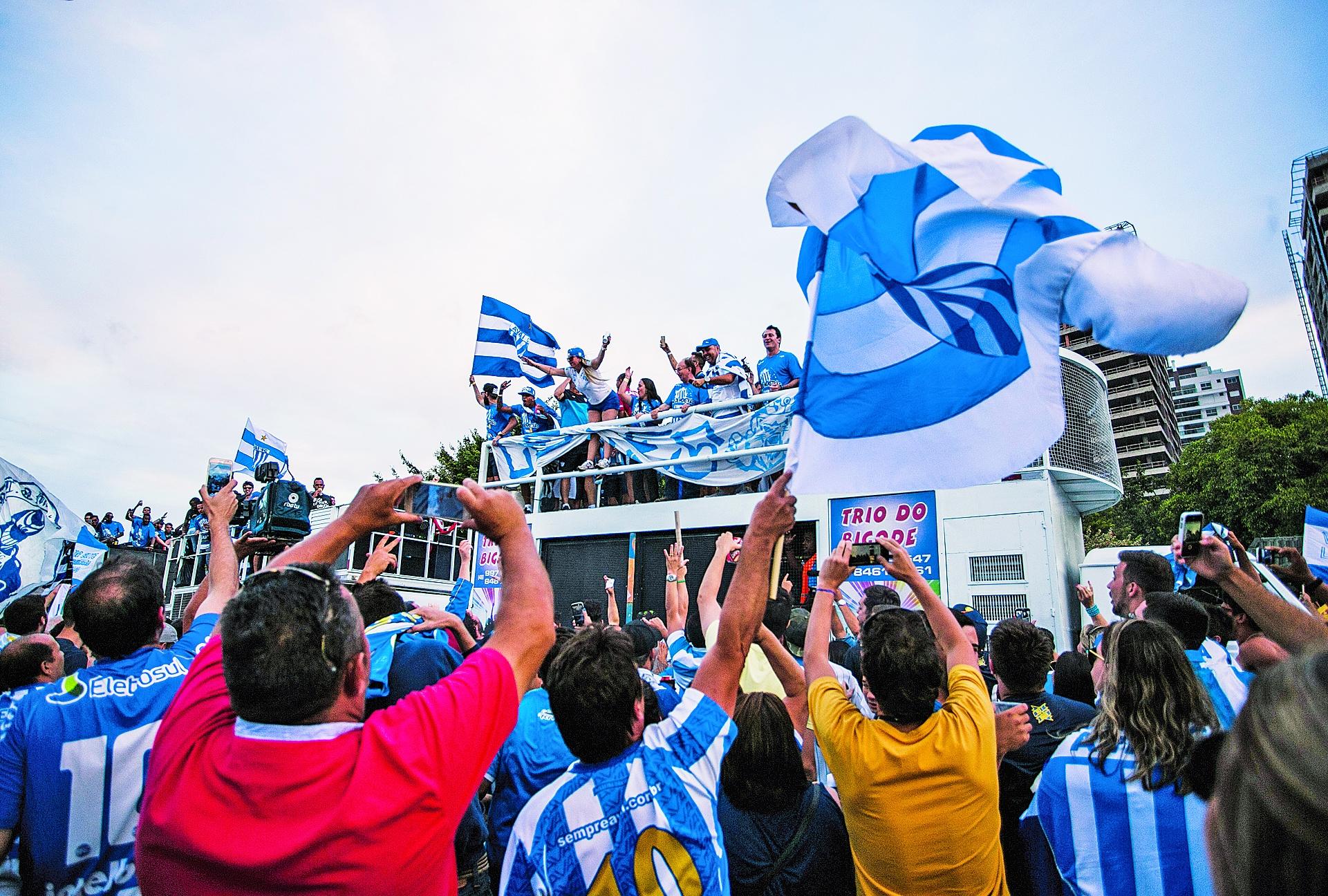 Delegação do Avaí desfilou pela cidade para comemorar acessoa à Série A - Daniel Queiroz/ND