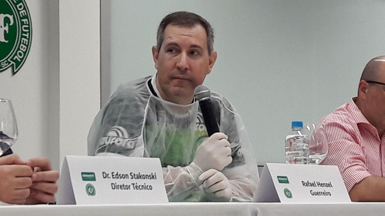 Henzel falou com os colegas da imprensa acompanhado dos médicos após se recuperar do acidente – Foto: Reprodução/Ronda SC