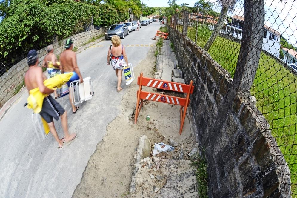 Rua Deputado Fernando Viegas, Ponta das Canas : buracos invadem as calçadas e os pedestres caminham pela rua - Joyce Reinert/ND