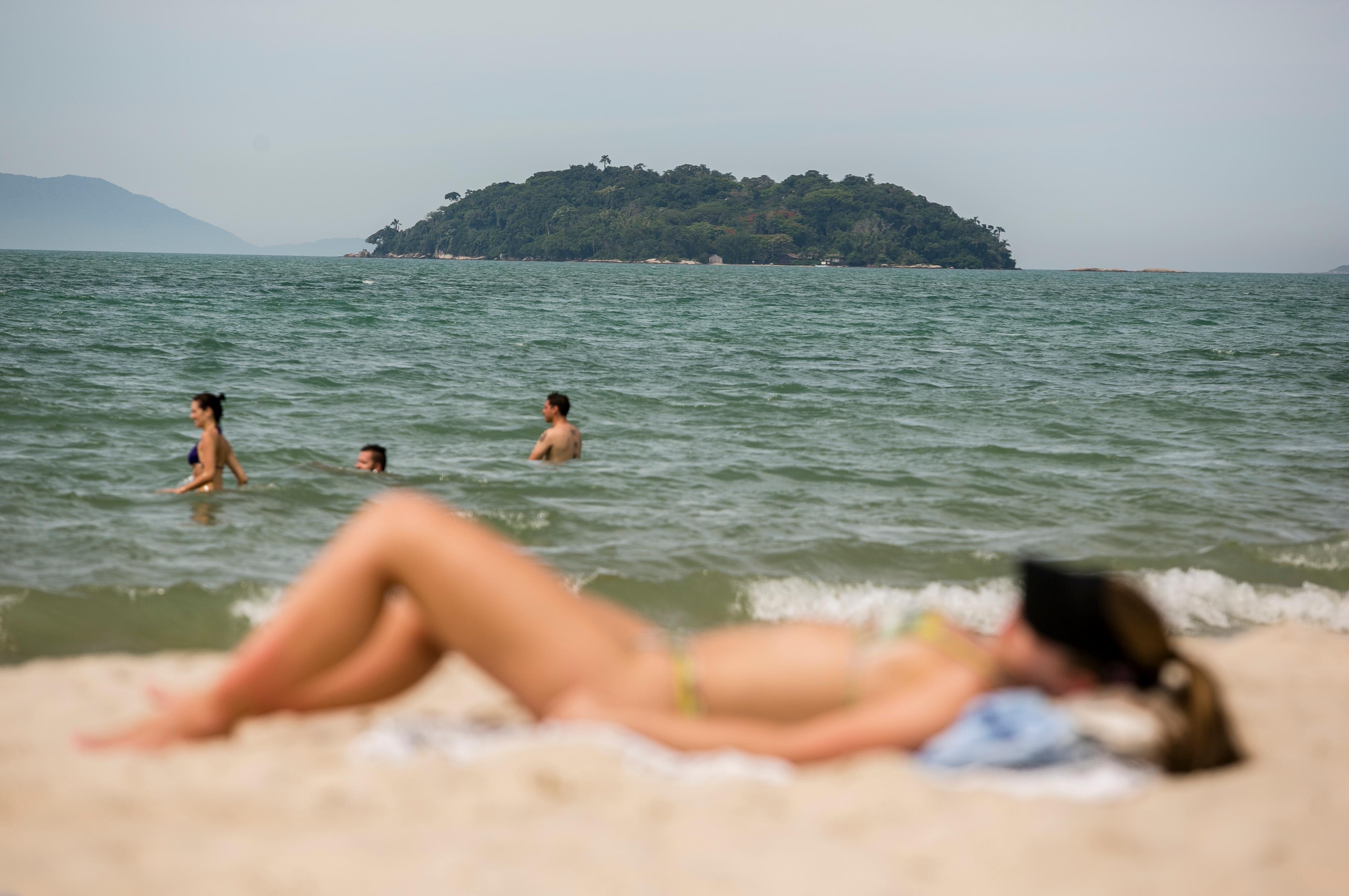 A nutricionista lembra também que é fundamental evitar tomar sol entre as 9h e 16h - Daniel Queiroz/Arquivo/ND