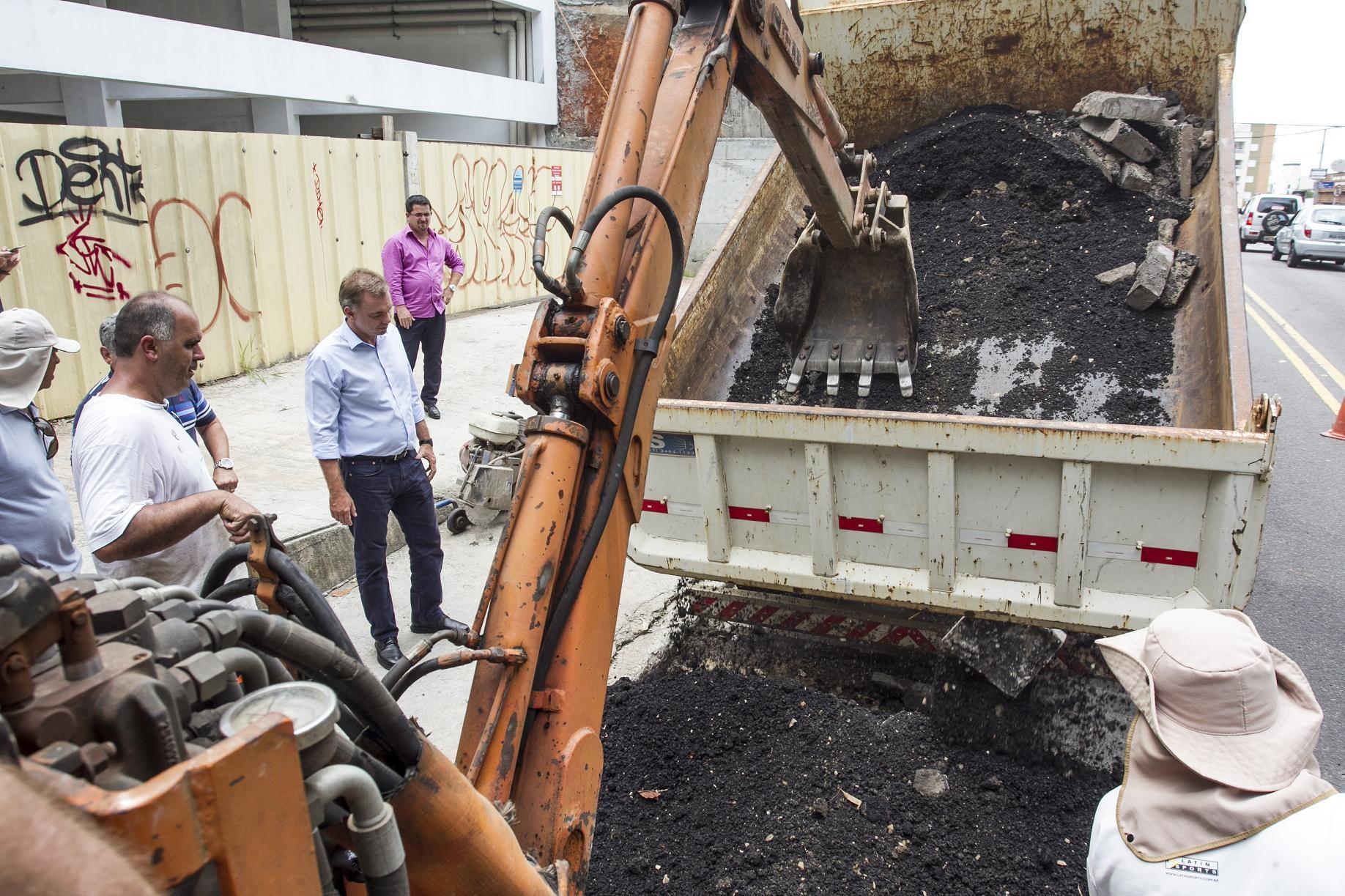Gean esteve presente em operação tapa-buraco - Marco Santiago/ND