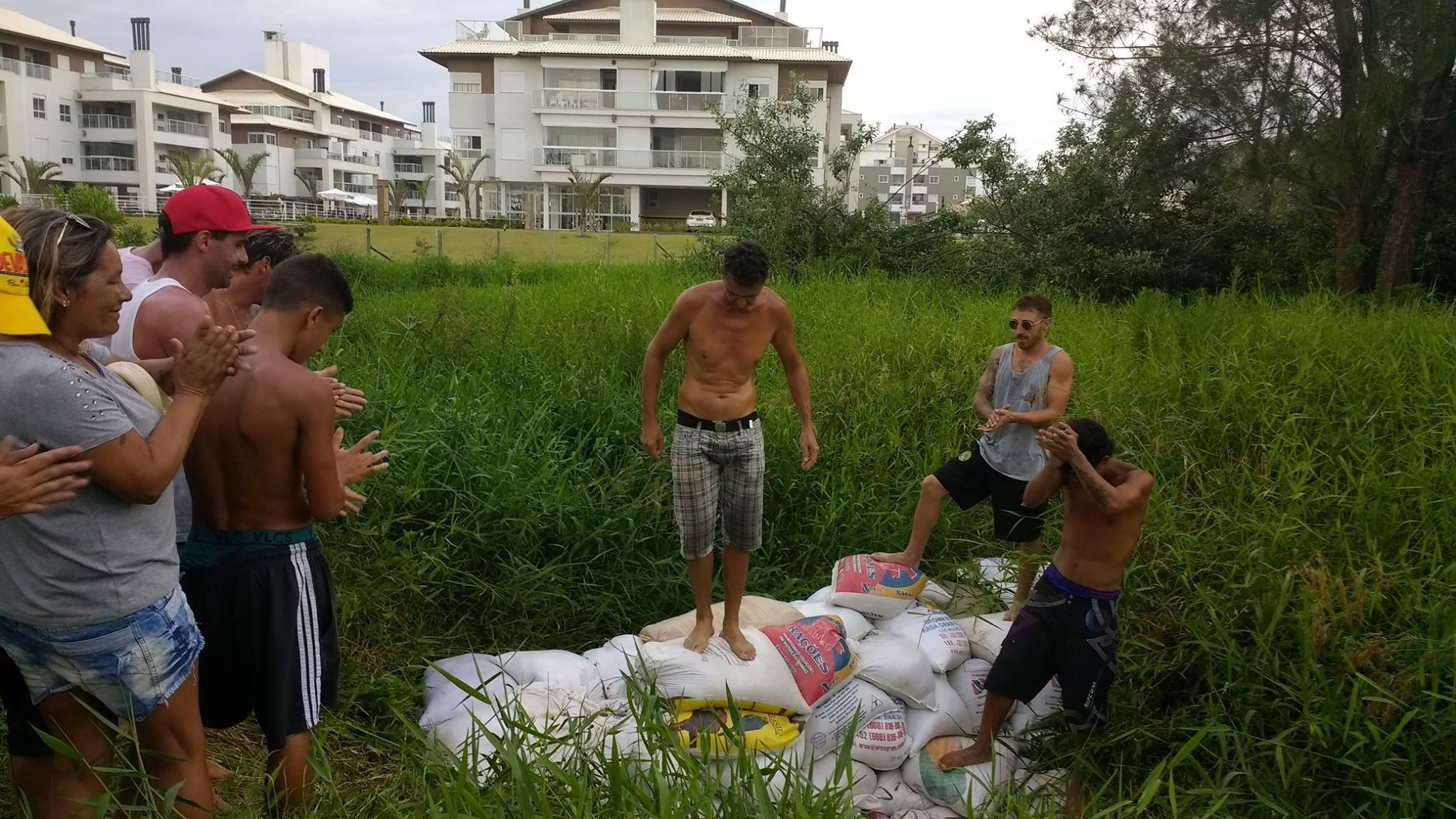 Moradores do Campeche fecham saídas irregulares de esgoto - Silézio Sabino/ND