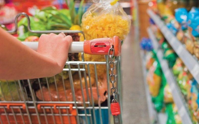 Carrinho de compras com produtos de supermercado