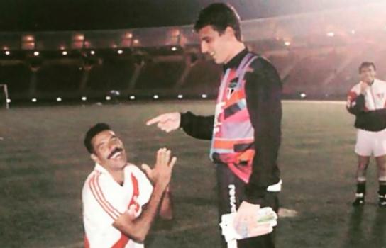 Toninho Cerezo, que errou pênalti contra o River em 1993, agradece o jovem Rogério Ceni - (Foto: Arquivo Histórico/saopaulofc.net)