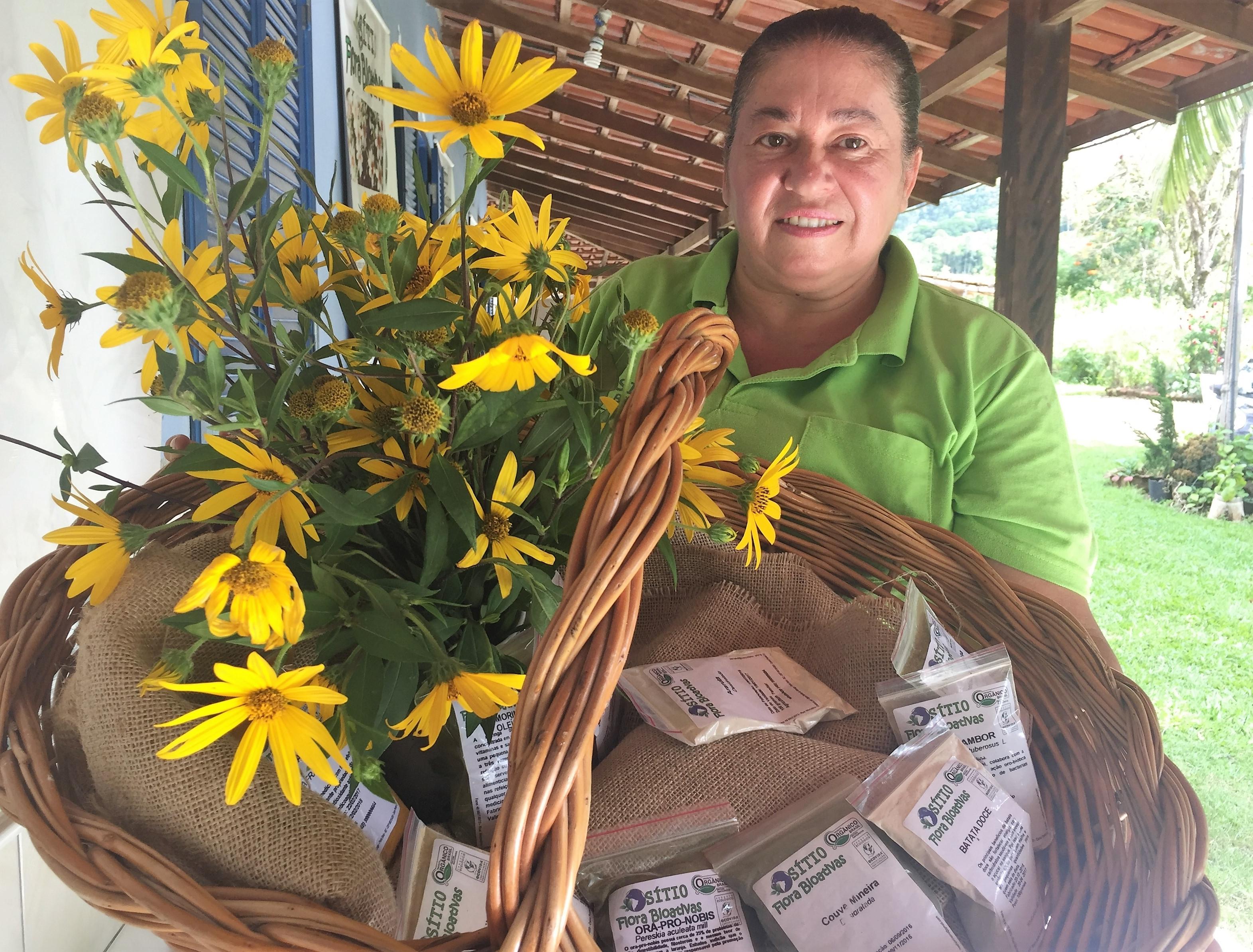 Noeli transforma as folhas da planta em farinha para pães e bolos - Brunela Maria/ND