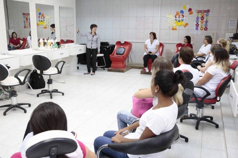 Os cursos são gratuitos e oferecidos para alunos a partir dos 13 anos - SED Joinville/Divulgação/ND