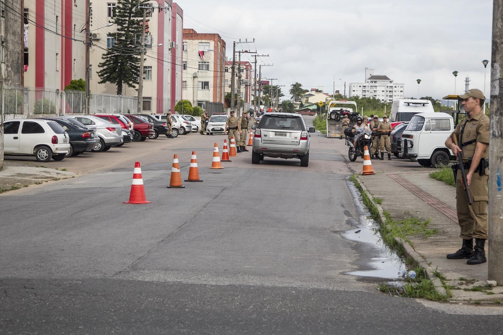 Policiais armados realizaram comando de trânsito - Marco Santiago/ND