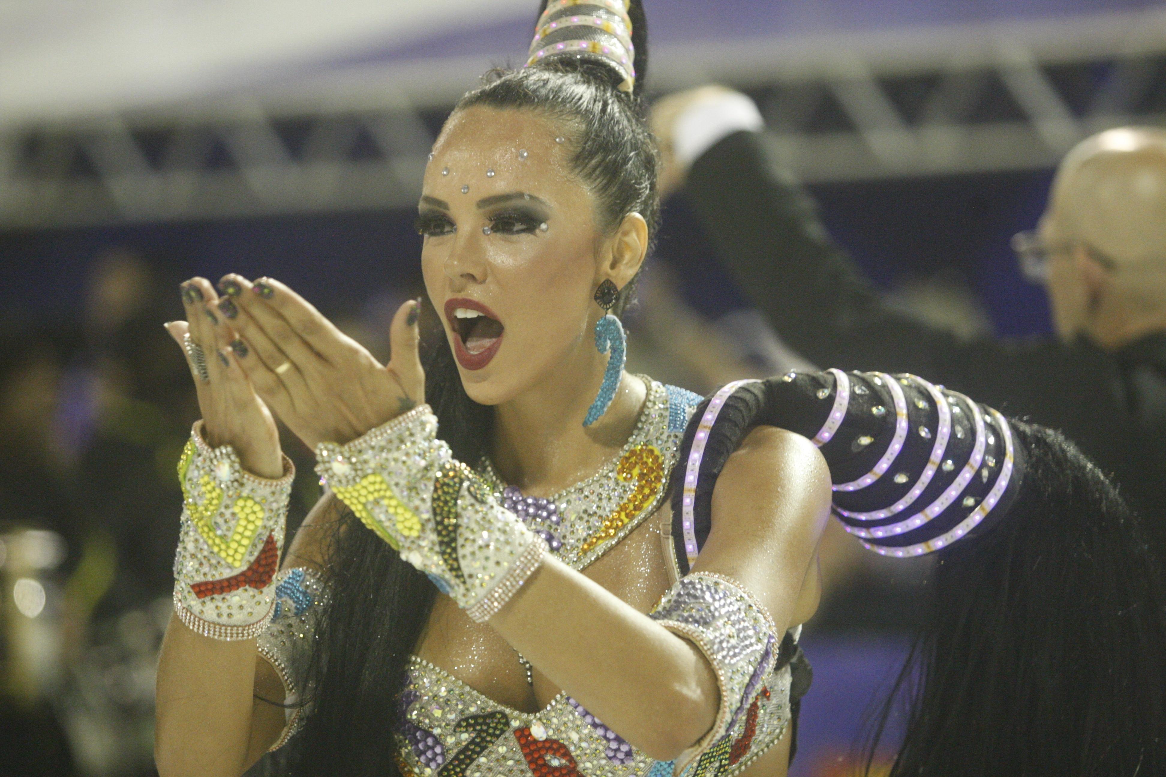 Camila Vaz, madrinha de bateria da escola - Flávio Tin/ND