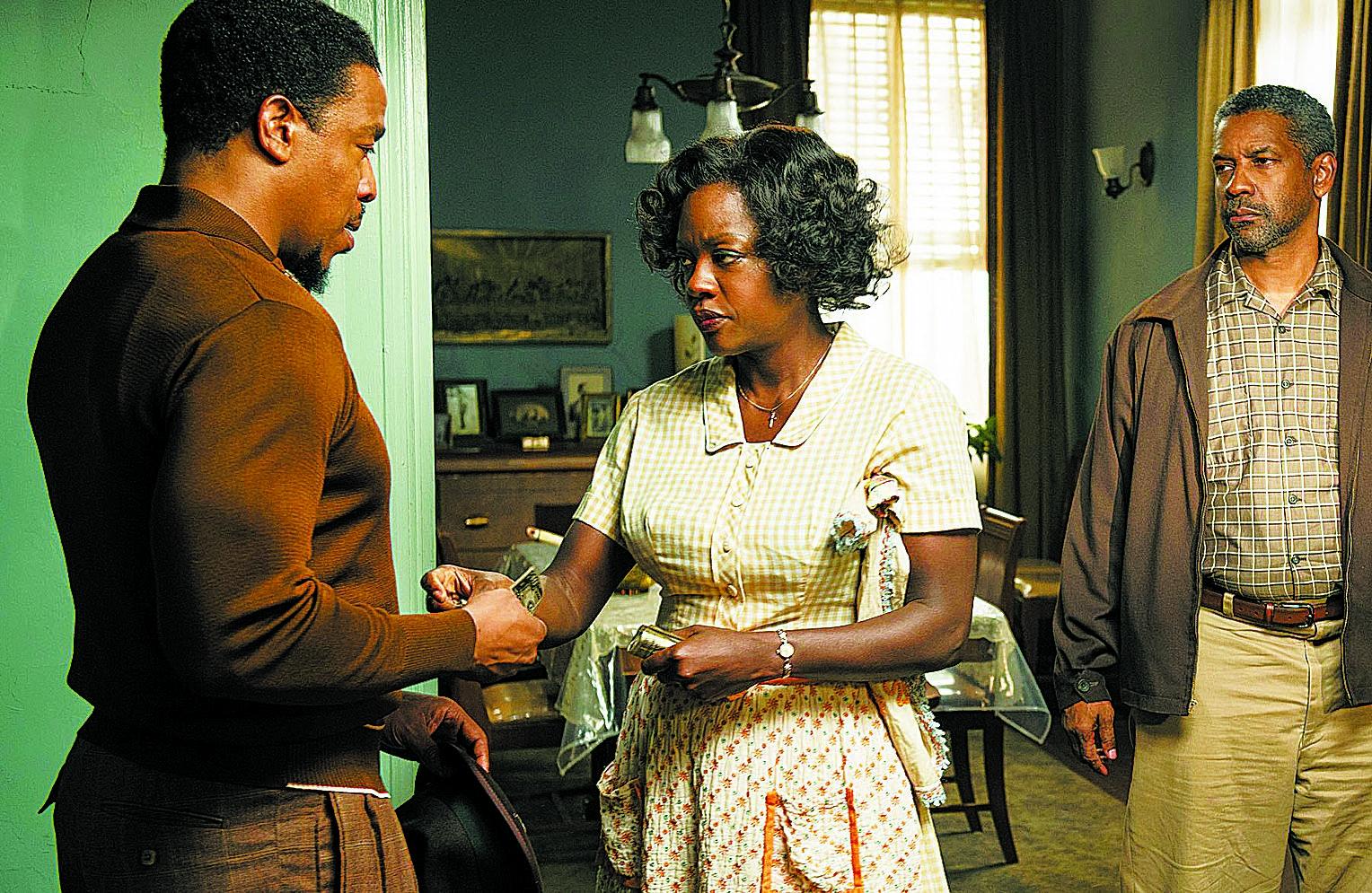 """Denzel Washington (à dir.) e Viola Davis em """"Um Limite Entre Nós"""" - Divulgação/ND"""