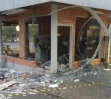 Quatro homens armados tentaram acessar o local onde ficam os caixas eletrônicos - Polícia Militar/Divulgação