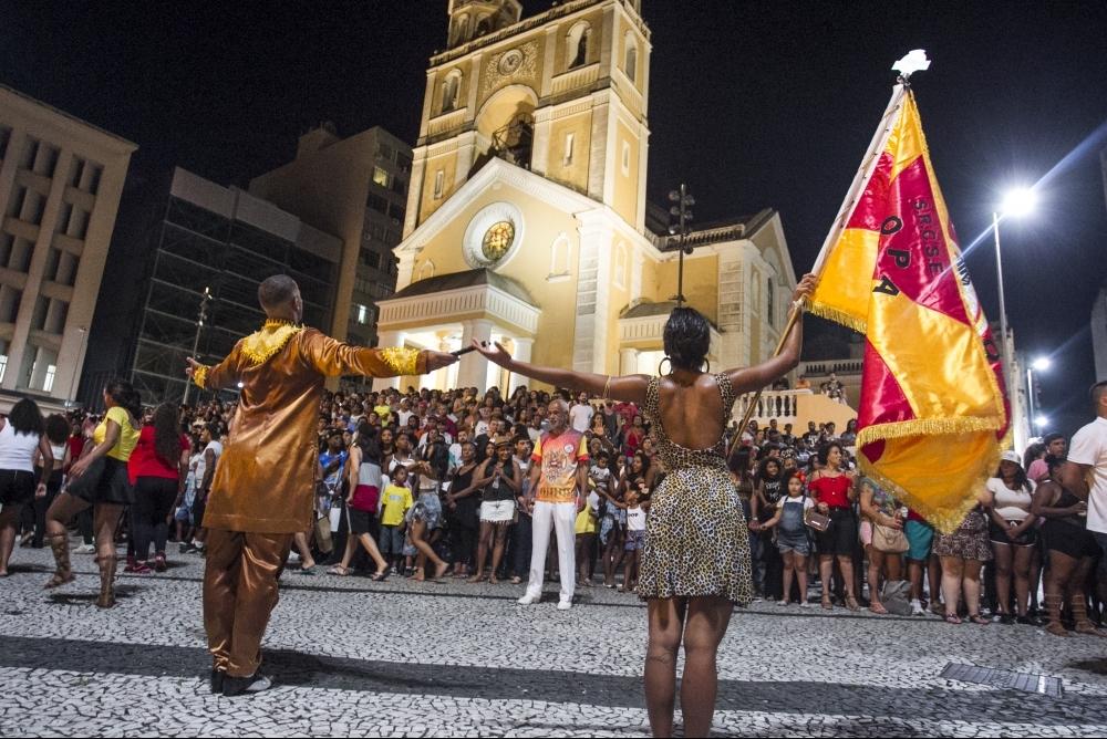 O casal de mestre-sala e porta-bandeira honra o pavilhão da Copa Lord - Marco Santiago/ND