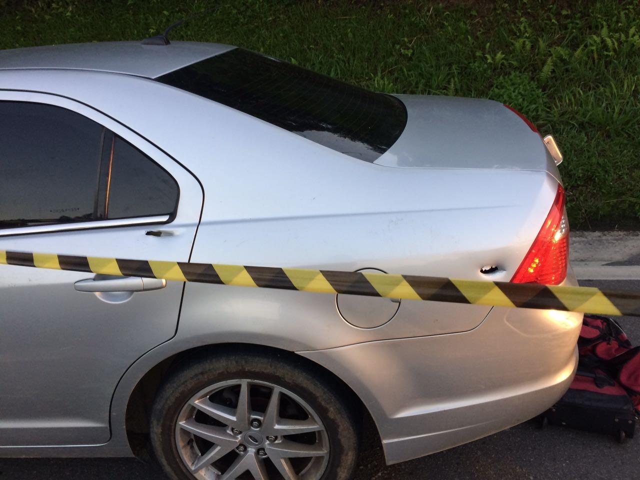 Veículo foi abandonado à margem da rodovia com explosivos - Polícia Militar/Divulgação
