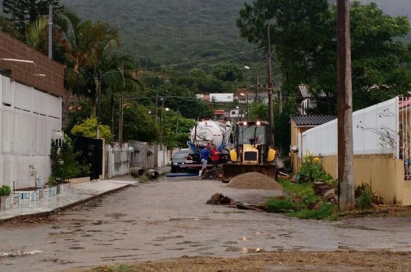 Moradores flagraram equipamentos do município desobstuíndo galerias e levando esgoto ao mar - Divulgação/ND