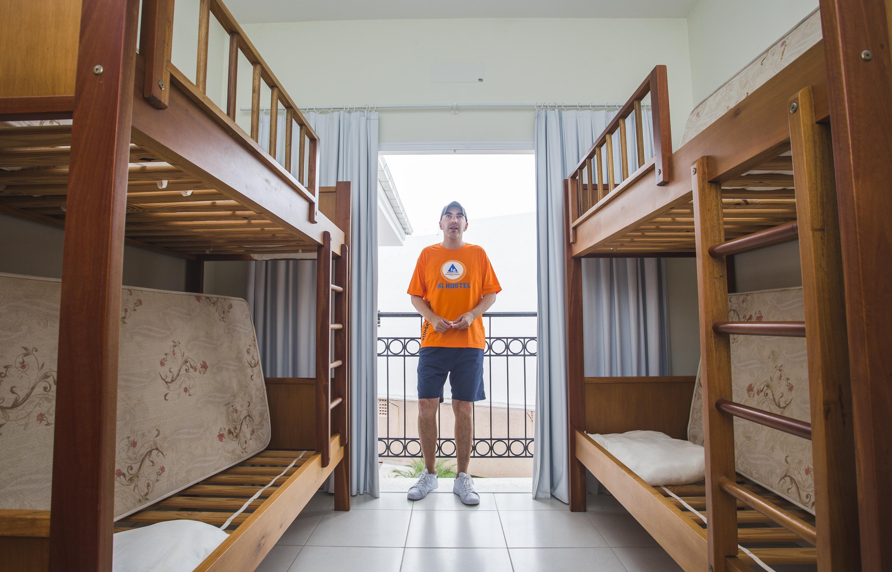 Eduardo Costa, gerente do Floripa Hostel Barra da Lagoa, diz que a atual temporada é a mais fraca dos últimos cinco anos - Daniel Queiroz/ND