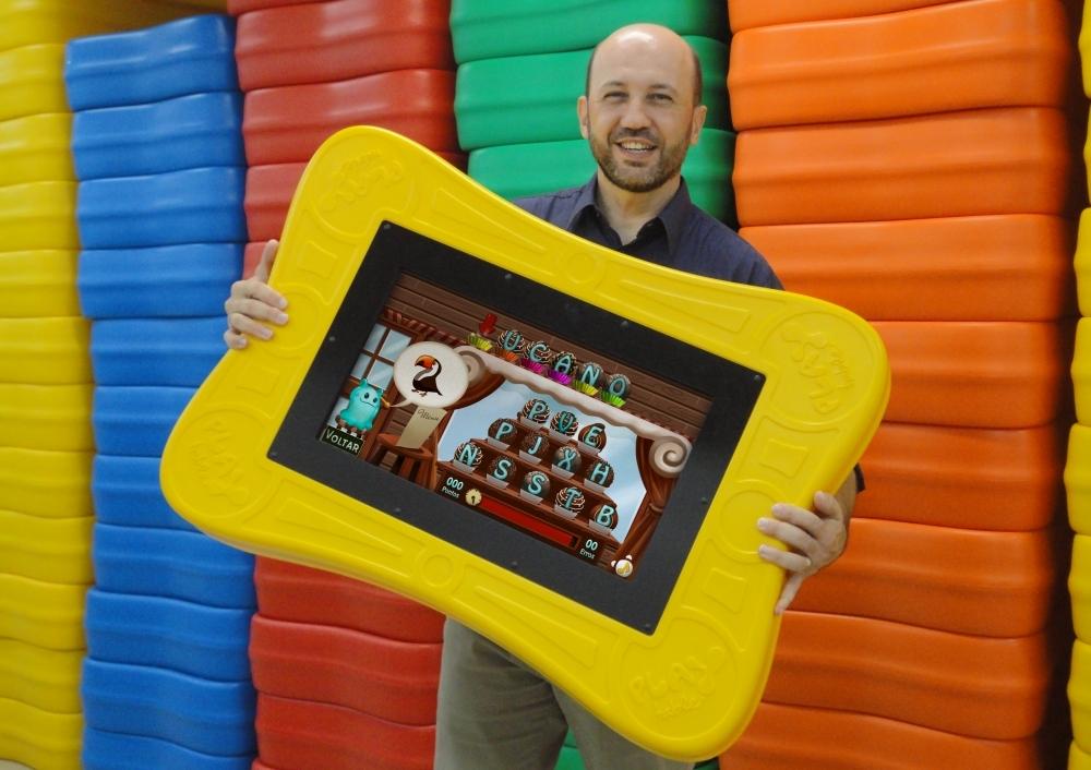 O catarinense Marlon Souza, fundador da Playmove, mostra a mesa digital PlayTable, considerado um dos brinquedos mais inovadores do mundo - Divulgação/ND