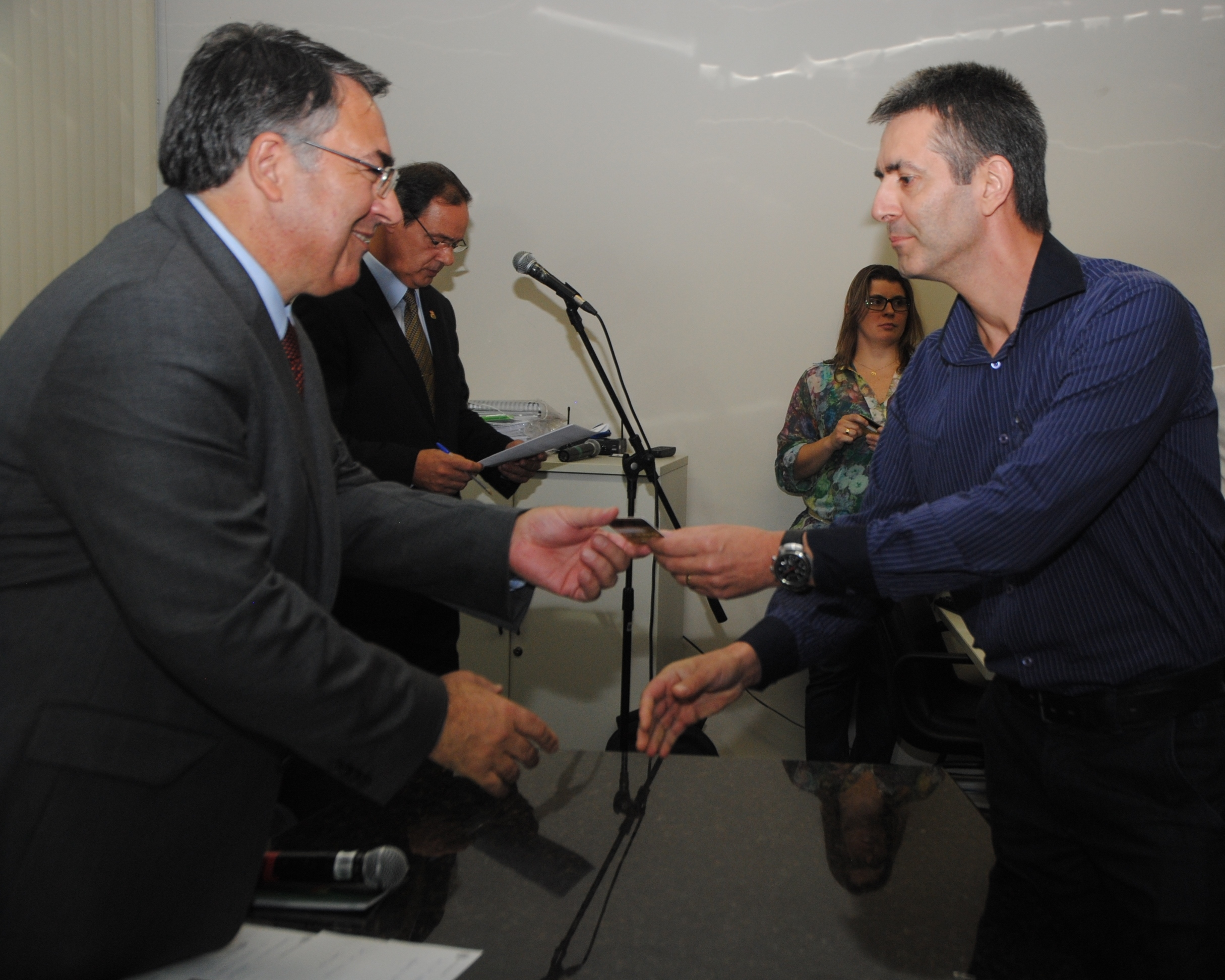 Colombo entregou o primeiro cartão em 2014, para gestor da Educação - Divulgação/ND