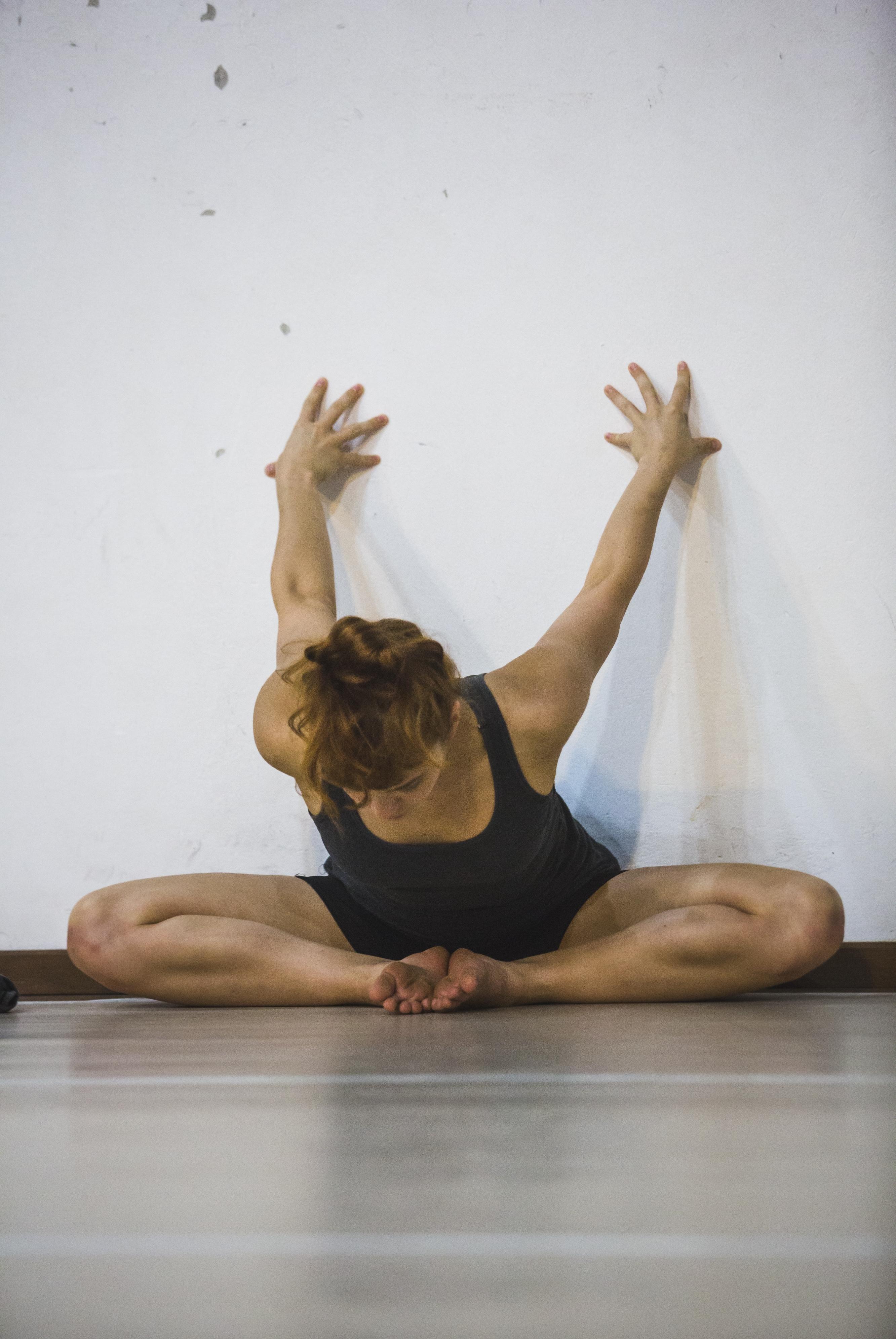 Aquecimento da bailarina Aline Blasius.  Cena 11 é um dos grupos mais consistentes de dança contemporânea  do país - Daniel Queiroz/ND