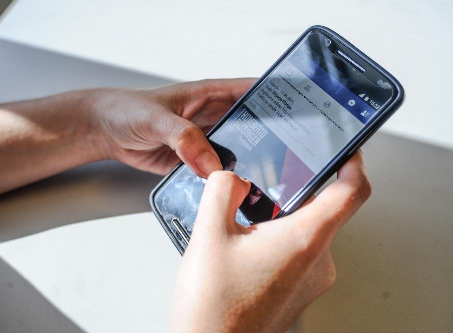 As redes sociais são o segundo principal fator de influência para as compras online no país, segundo pesquisa da PwC, que também mostrou como 68% da população fez alguma compra com este dispositivo no ano passado - Eduardo Valente/Arquivo/ND