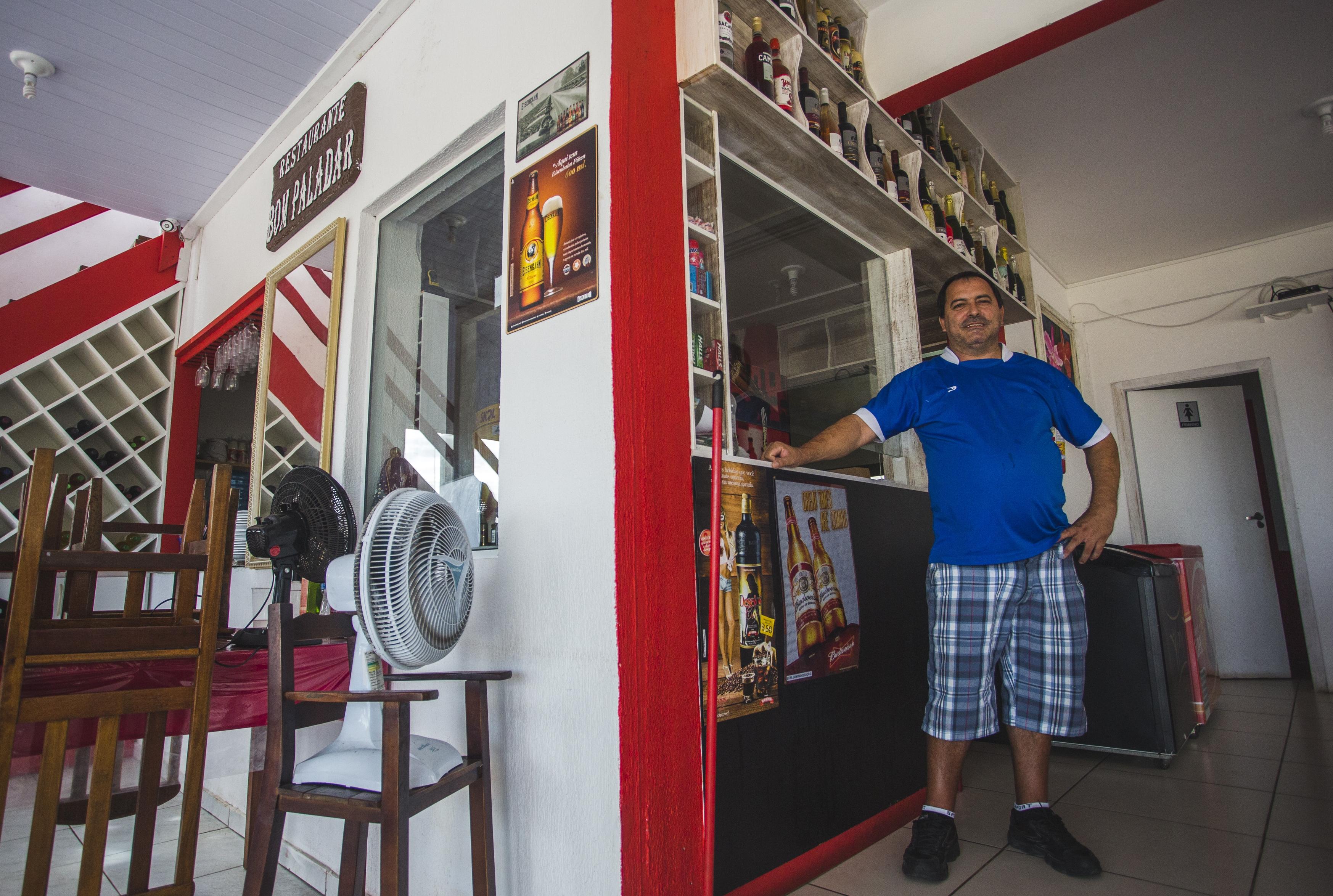 Valdecir Flores Vinglas, que contratou 20 temporários para o seu restaurante, já teve que dispensar seis funcionários - Daniel Queiroz/ND