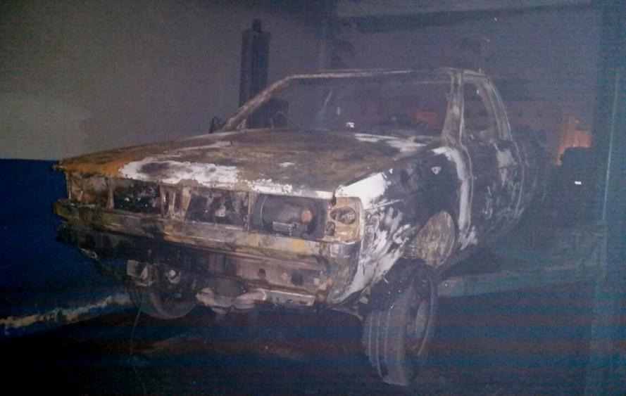 Veículo e todos os equipamentos da oficina mecânica foram queimados pelo incêndio - Corpo de Bombeiros/Divulgação