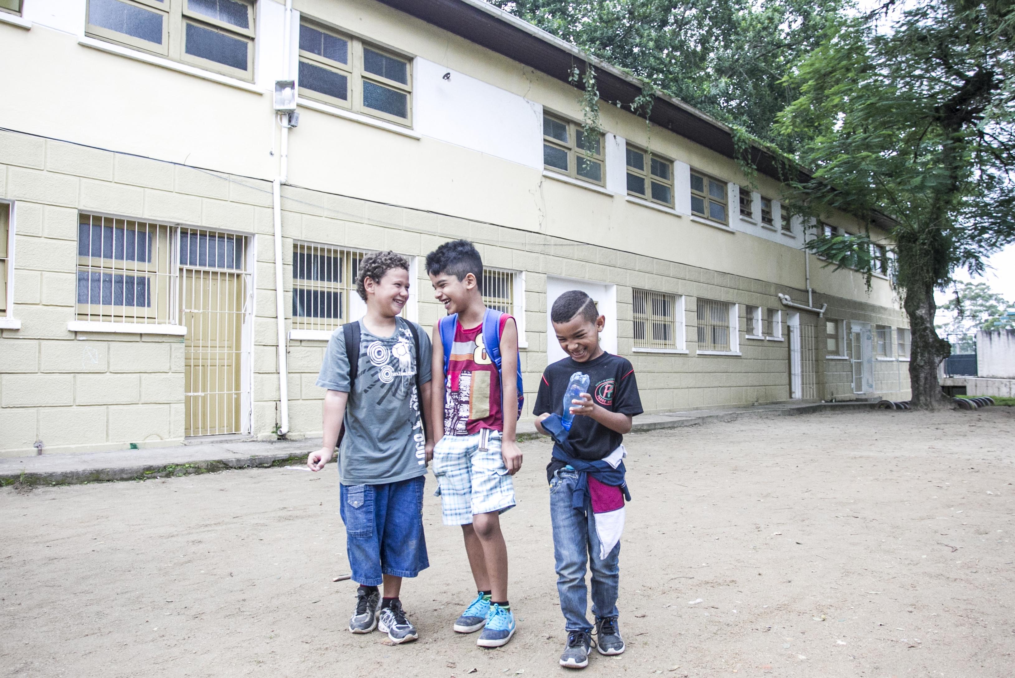 Kaike (à esq.), Vinícius e Carlos Eduardo estão ansiosos para ver como ficará o novo CCFV após a reforma - Marco Santiago/ND