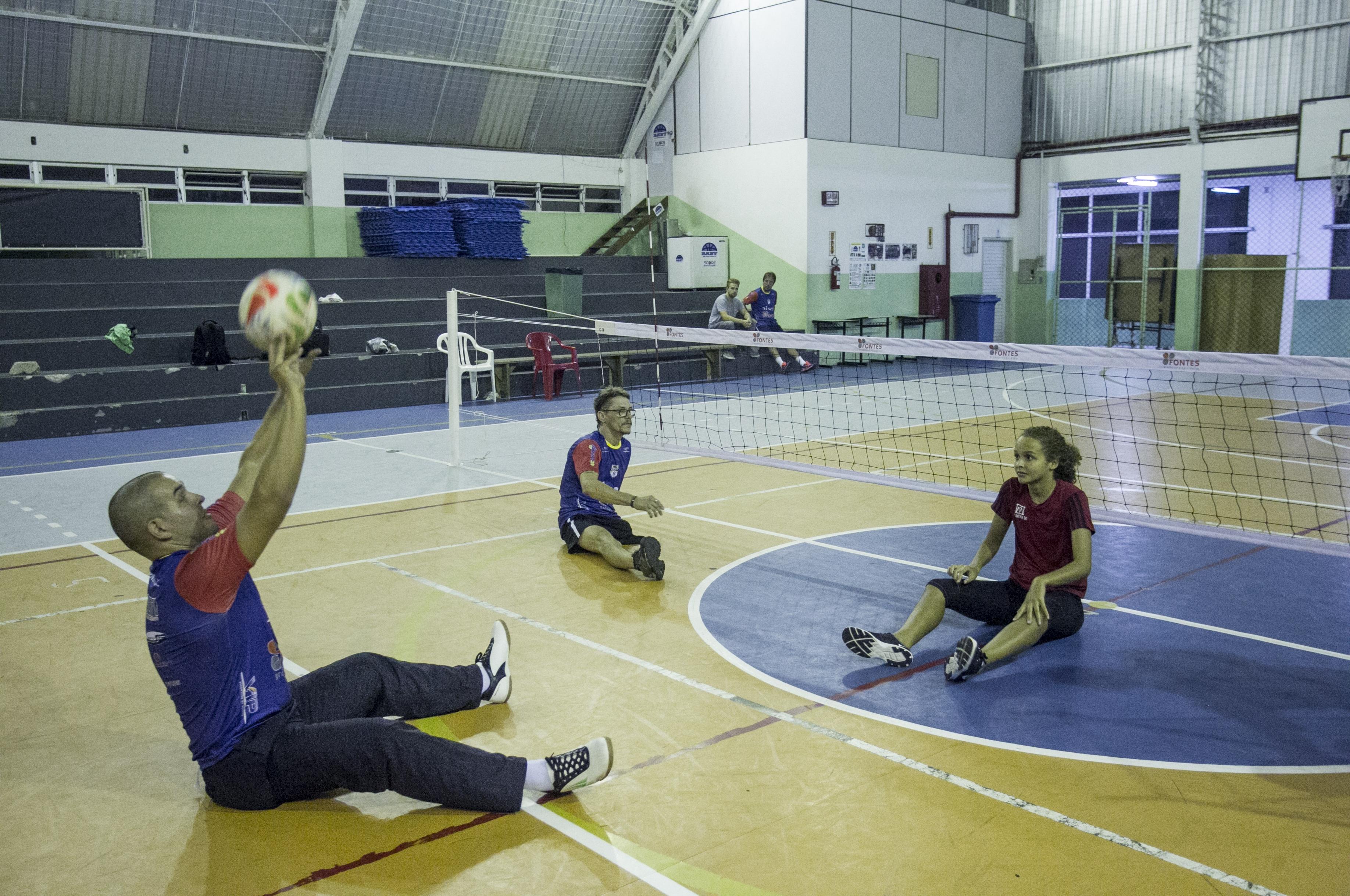 Robson Vieira tem mais disposição depois que começou a praticar vôlei sentado - Marco Santiago/ND