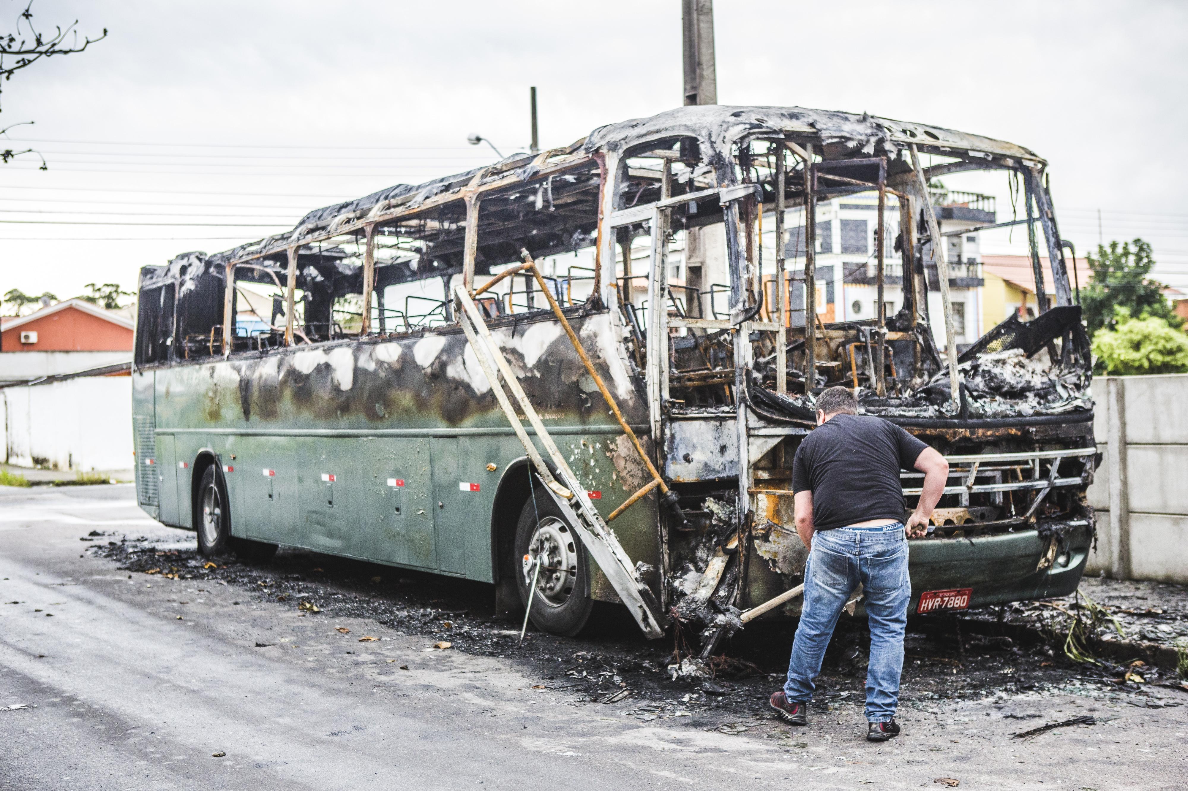 Um ônibus foi incendiado no Norte da Ilha  - Daniel Queiroz/ND