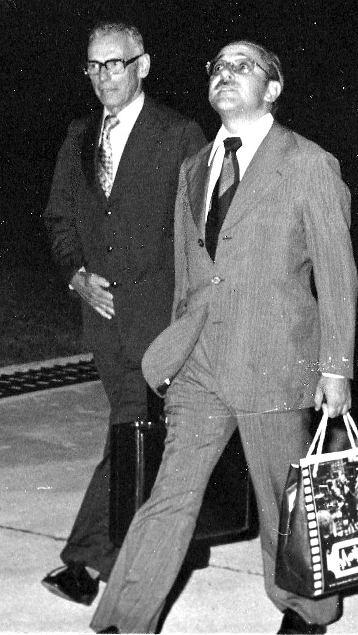 Mario Petrelli (à dir.) na inauguração da Rádio Floresta Negra de Joinville, em 1976. a primeira do grupo em SC - Arquivo da Empresa/ND