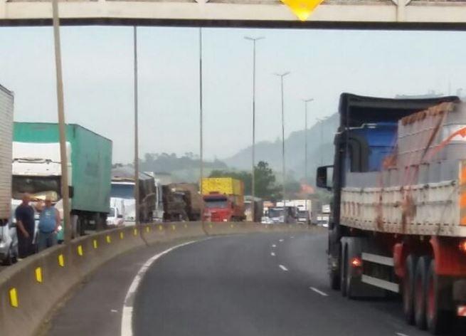 O acidente provocou 5 km de fila ao longo da rodovia na região de Sombrio na BR-101 - PRF-SC/Divulgação