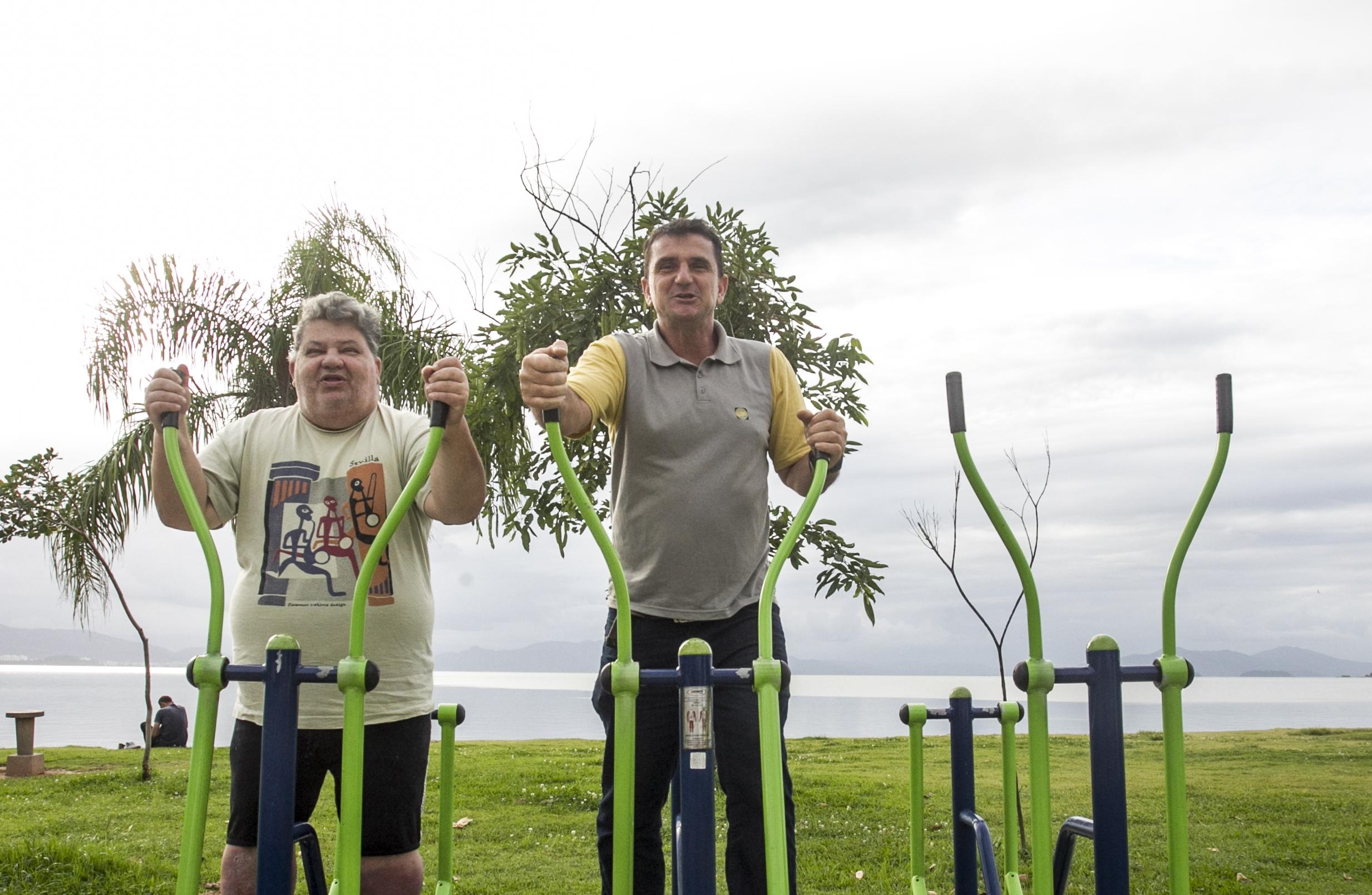 Os irmãos Genovez fazendo exercícios em busca de mais saúde - Marco Santiago/ND