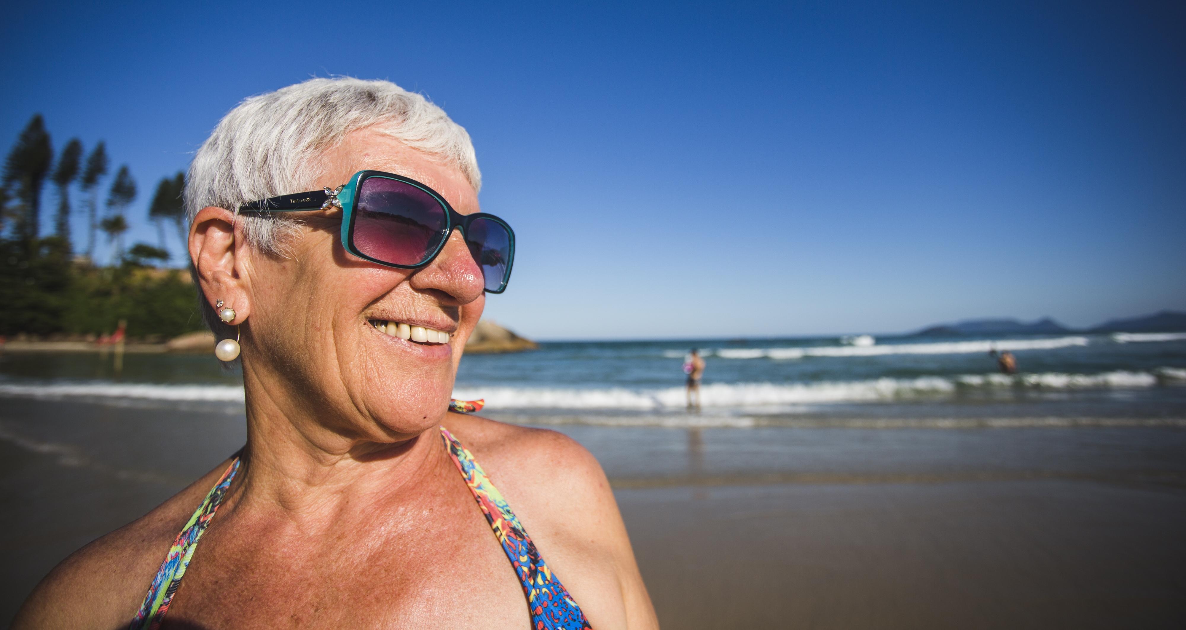 Vergínia Lúcia Tuono Botelho, de 64 anos, considerou a água da Lagoa mais gelada que a da Joaquina - Daniel Queiroz/ND