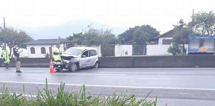 Motorista perdeu o controle do veículo na BR-101, em Biguaçu, na manhã desta sexta - Pista Limpa/Divulgação/ND