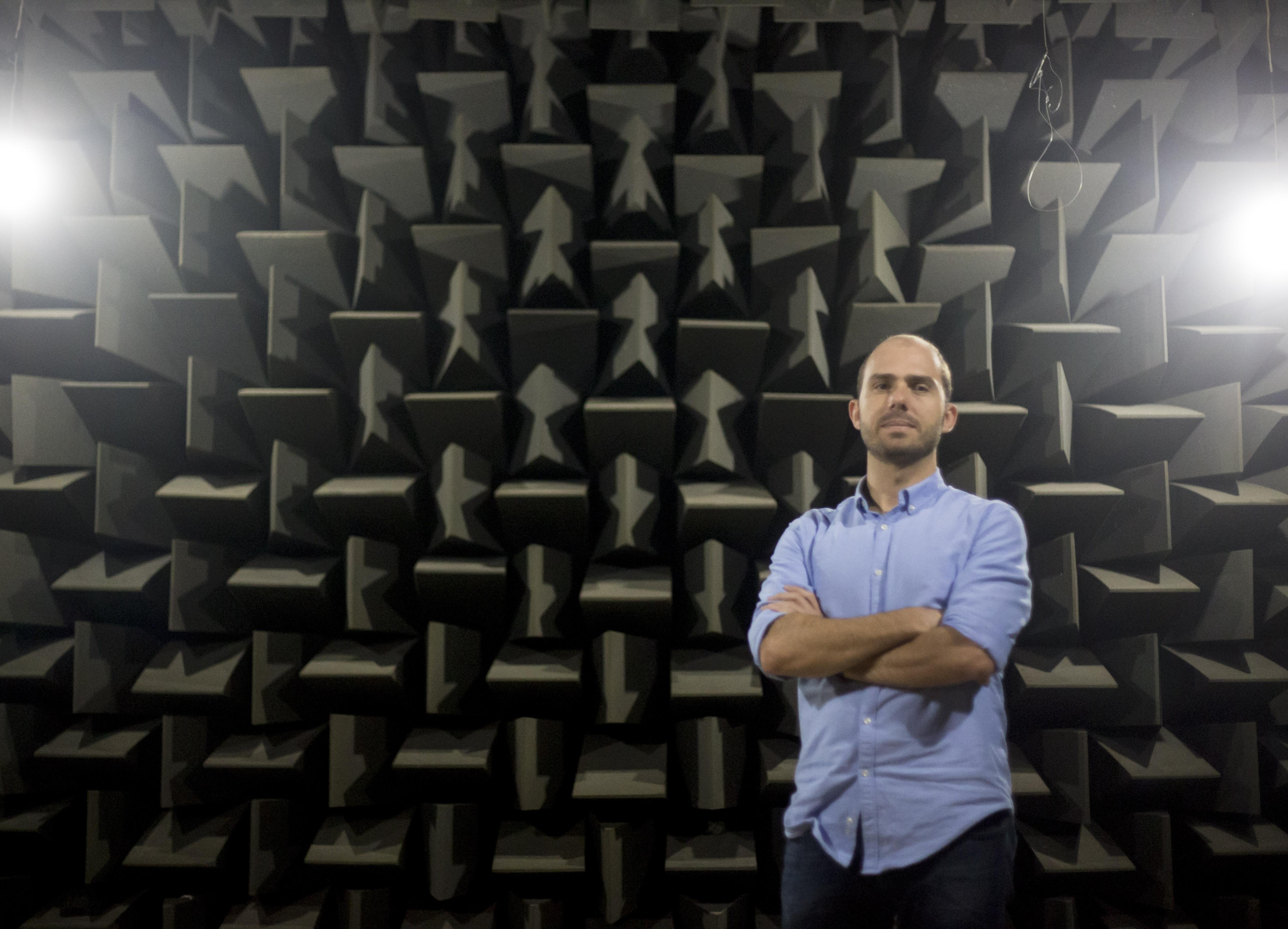 Andrey Ricardo da Silva coordena o estudo da prótese de voz no laboratório da UFSC - Flávio Tin/ND