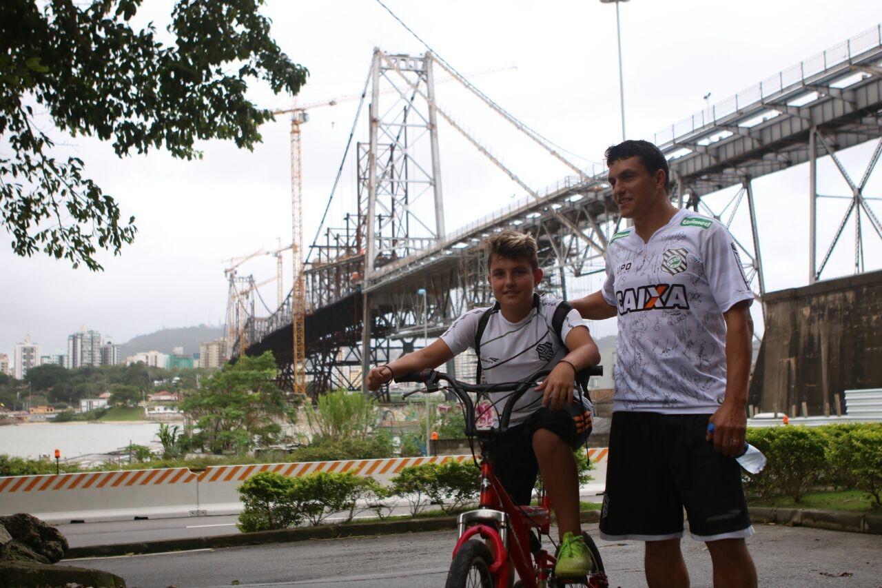 Após o desafio, Luan fez a doação da bicicleta para um projeto social da Prainha - Daniel Queiroz/ND