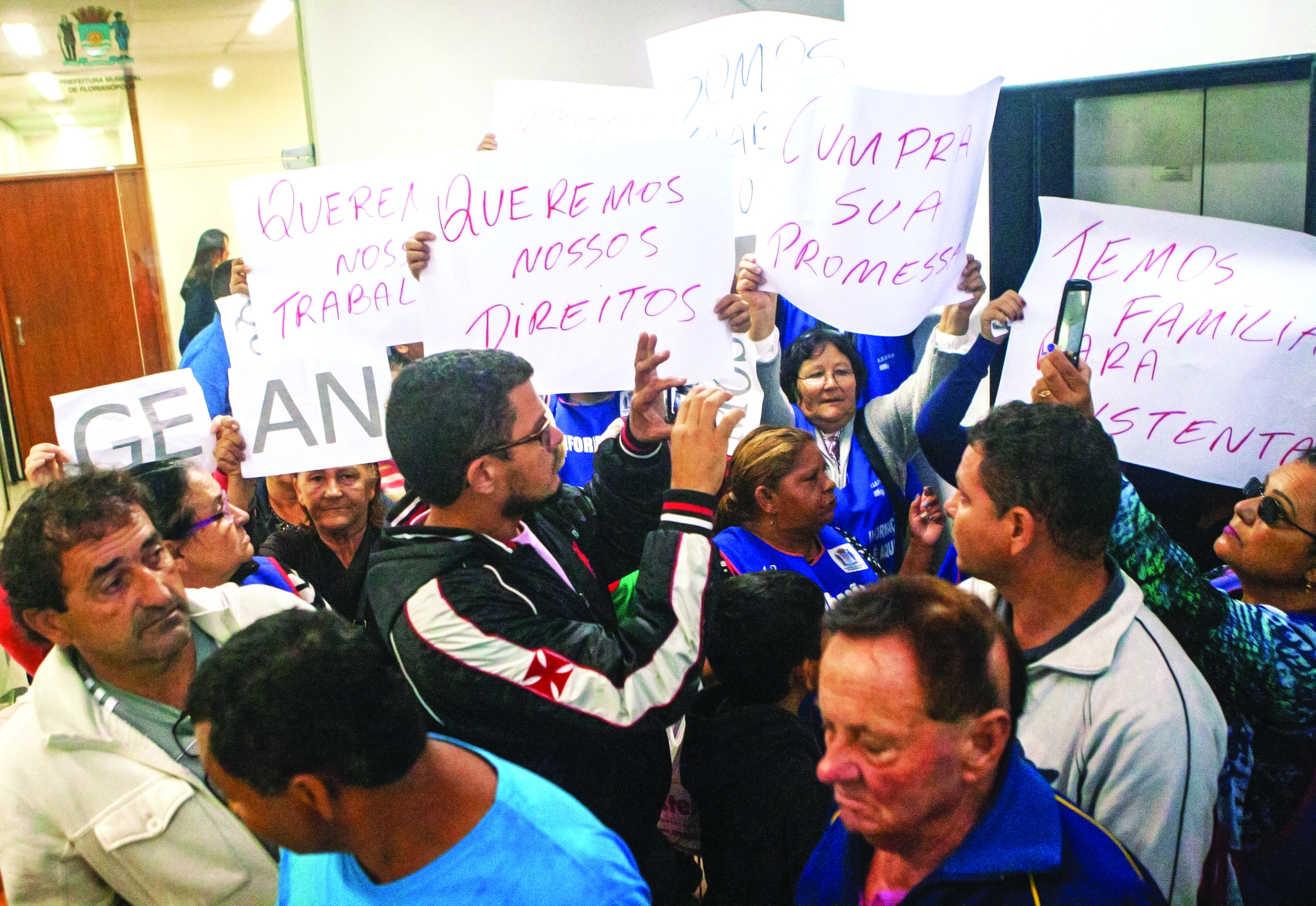 Ambulantes foram à prefeitura em busca de uma audiência com o prefeito Gean Loureiro - Flávio Tin/ND