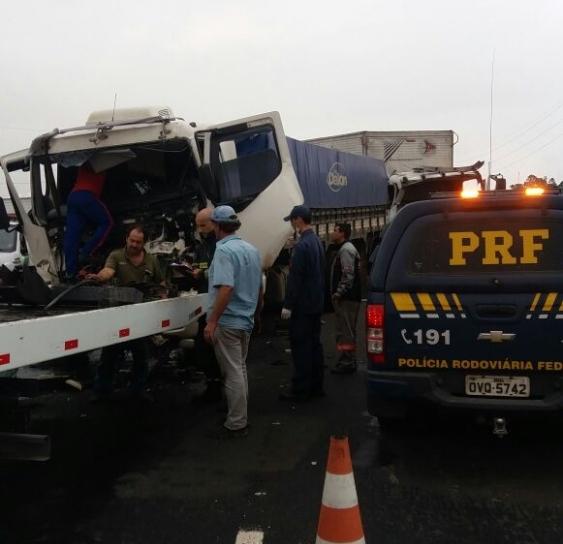 Engavetamento aconteceu no km 366 da BR-101, em Tubarão - PRF/Divulgação/ND