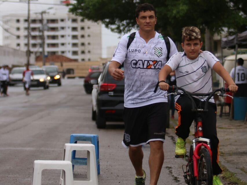 Valdinei Secco e o filho, Luan Fellype Secco, percorreram 39 quilômetros até o estádio Orlando Scarpelli - Daniel Queiroz/ND