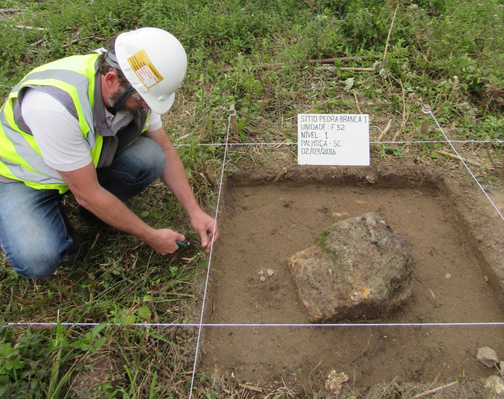 Arqueólogo resgata peças na região de Palhoça e encontra uma ponta de flexa feita em pedra pelos índios - Divulgação
