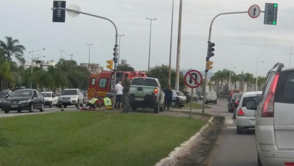 Acidente envolvendo moto e carro, na Avenida Beira-Mar, deixou uma vítima na tarde desta quinta-feira - Beatriz Carrasco/ND