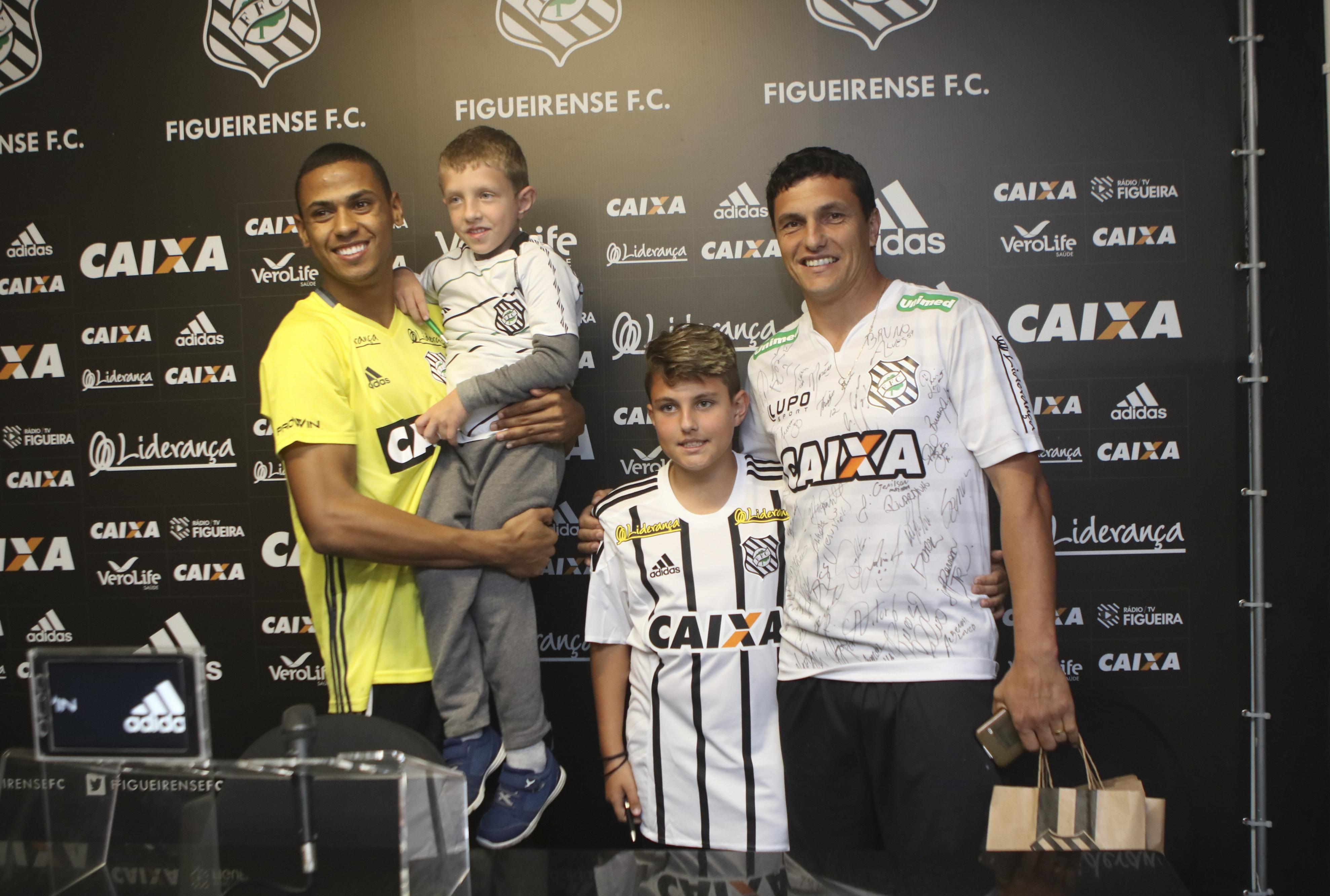 Bruno Alves recebeu o empresário e os filhos Lucas e Luan - Daniel Queiroz/ND