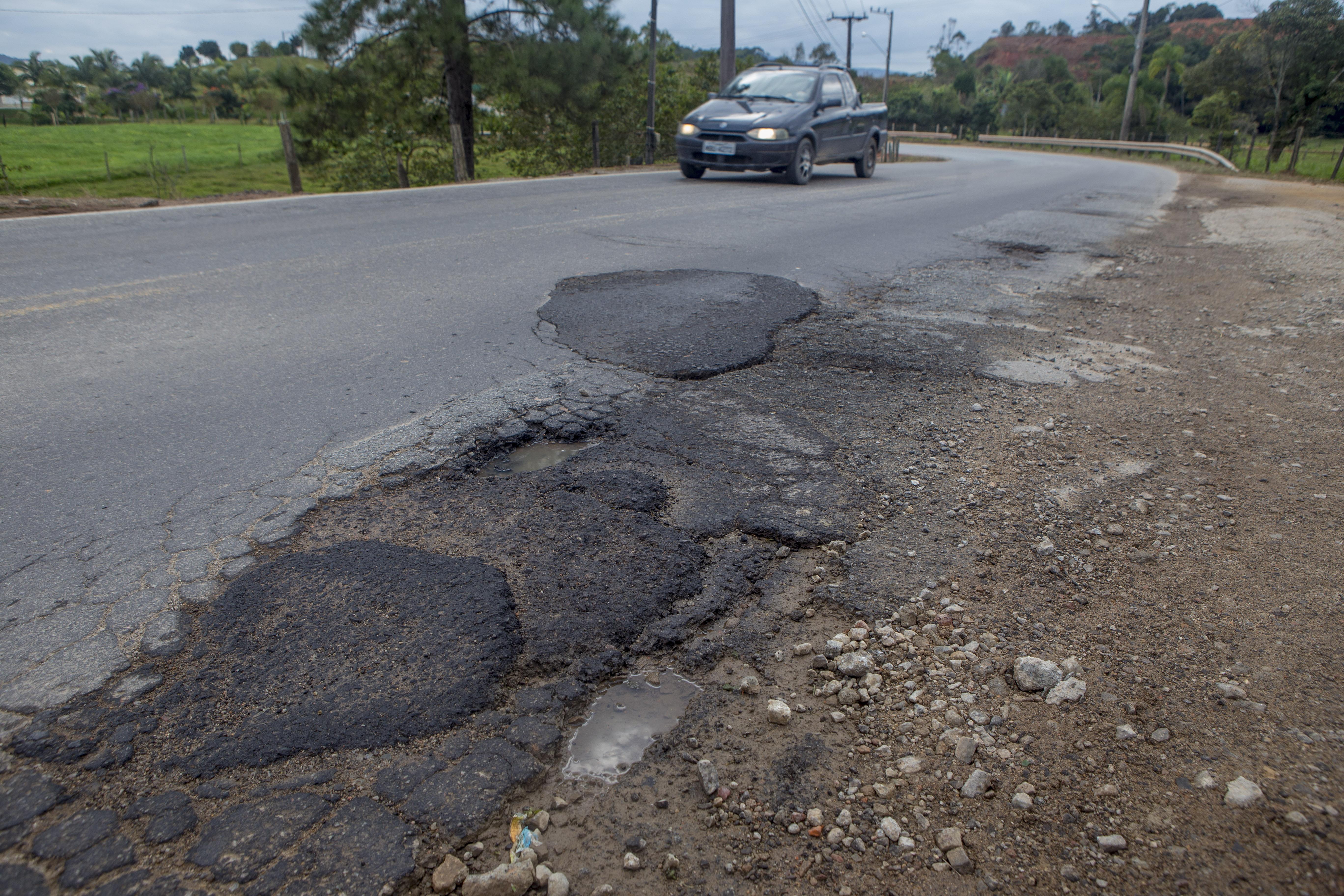 De Biguaçu até Antônio Carlos, os motoristas precisam desviar dos buracos – Foto: Flávio Tin/ND