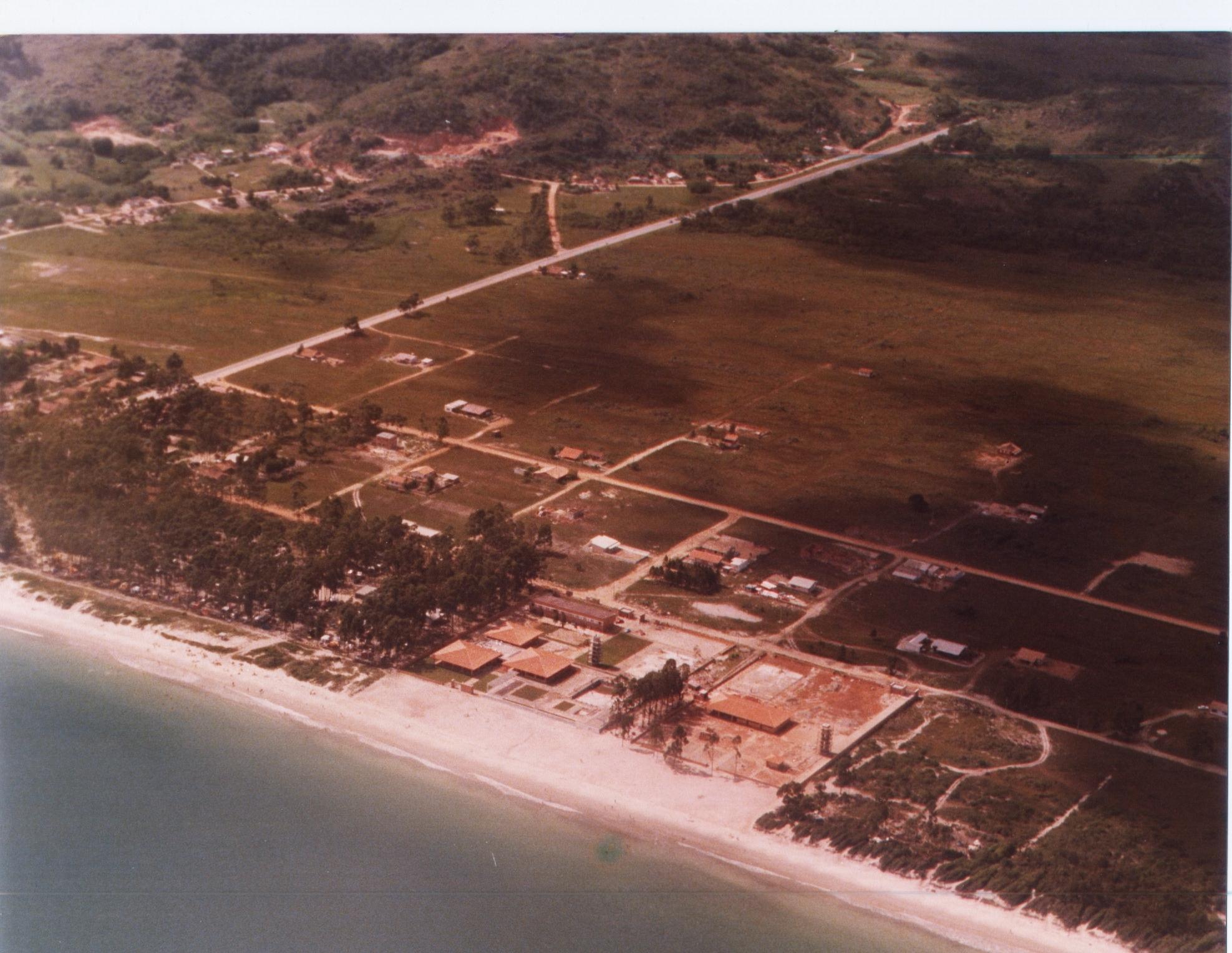 Em 1978, Jurerê ainda não estava divido. À esquerda, a SC-402, e à direita a área onde foi construído o empreendimento Jurerê Internacional - Instituto Carl Hoepcke/Divulgação/ND