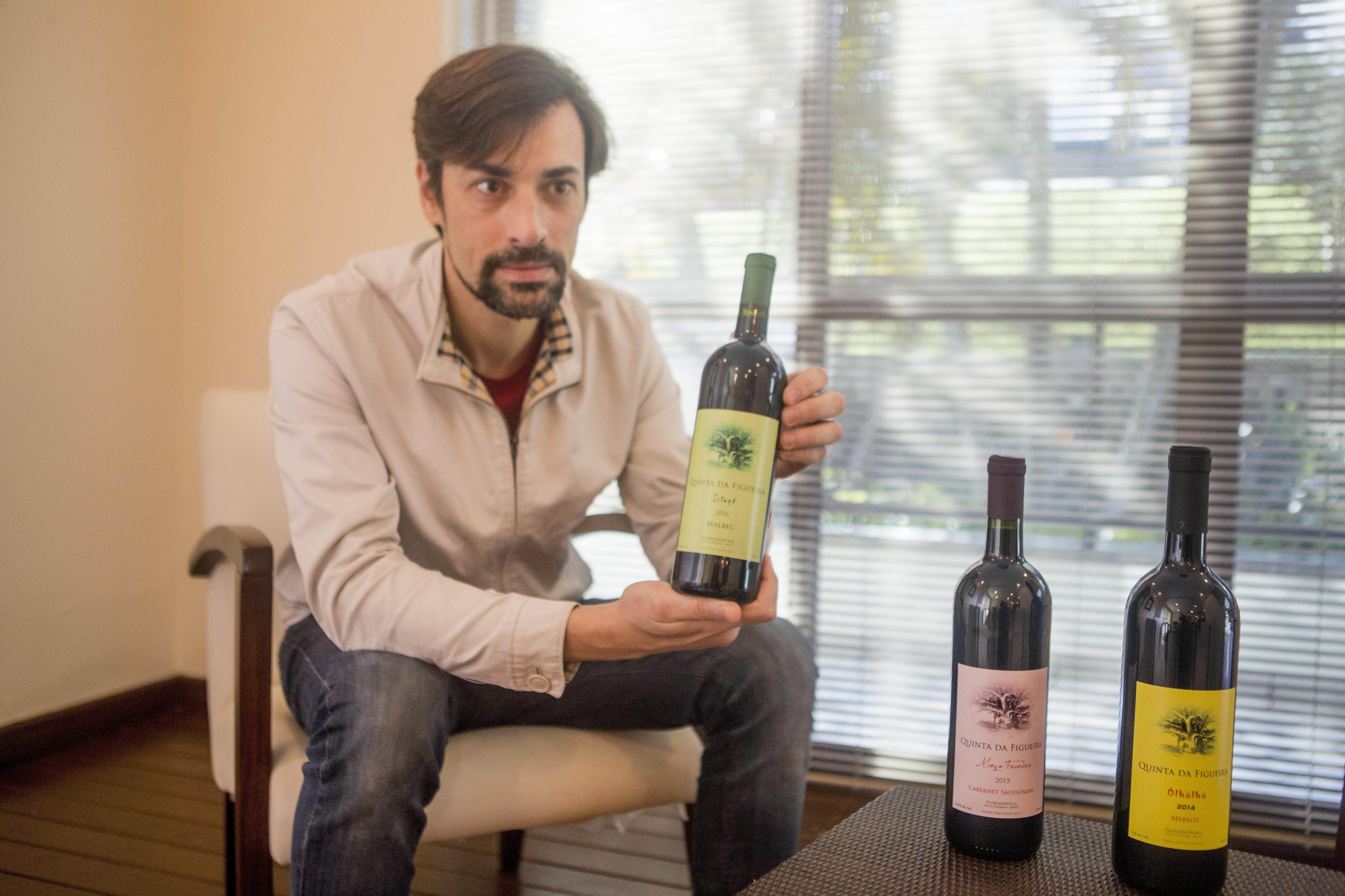 Rogério Gomes com as garrafas de vinho que produz em sua vinícola, a Quinta da Figueira - Flávio Tin/ND