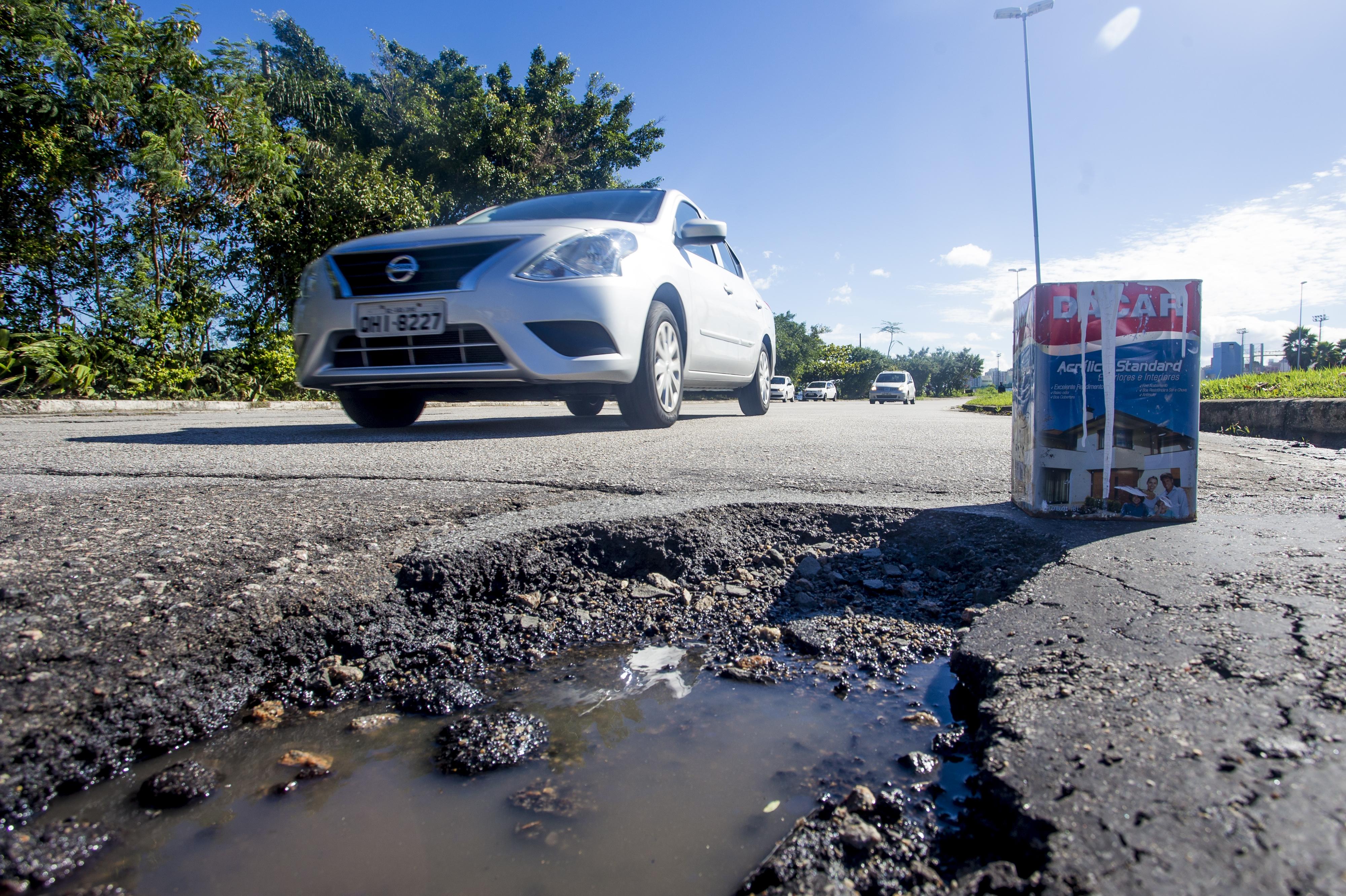 Sinalização foi improvisada em vários locais para evitar acidentes, como na avenida Gustavo Richard - Flávio Tin/ND