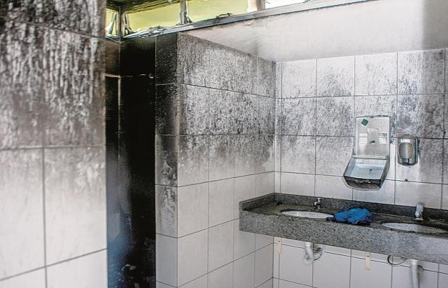 Os vândalos colocaram fogo em três dos quatro banheiros - Flávio Tin/ND
