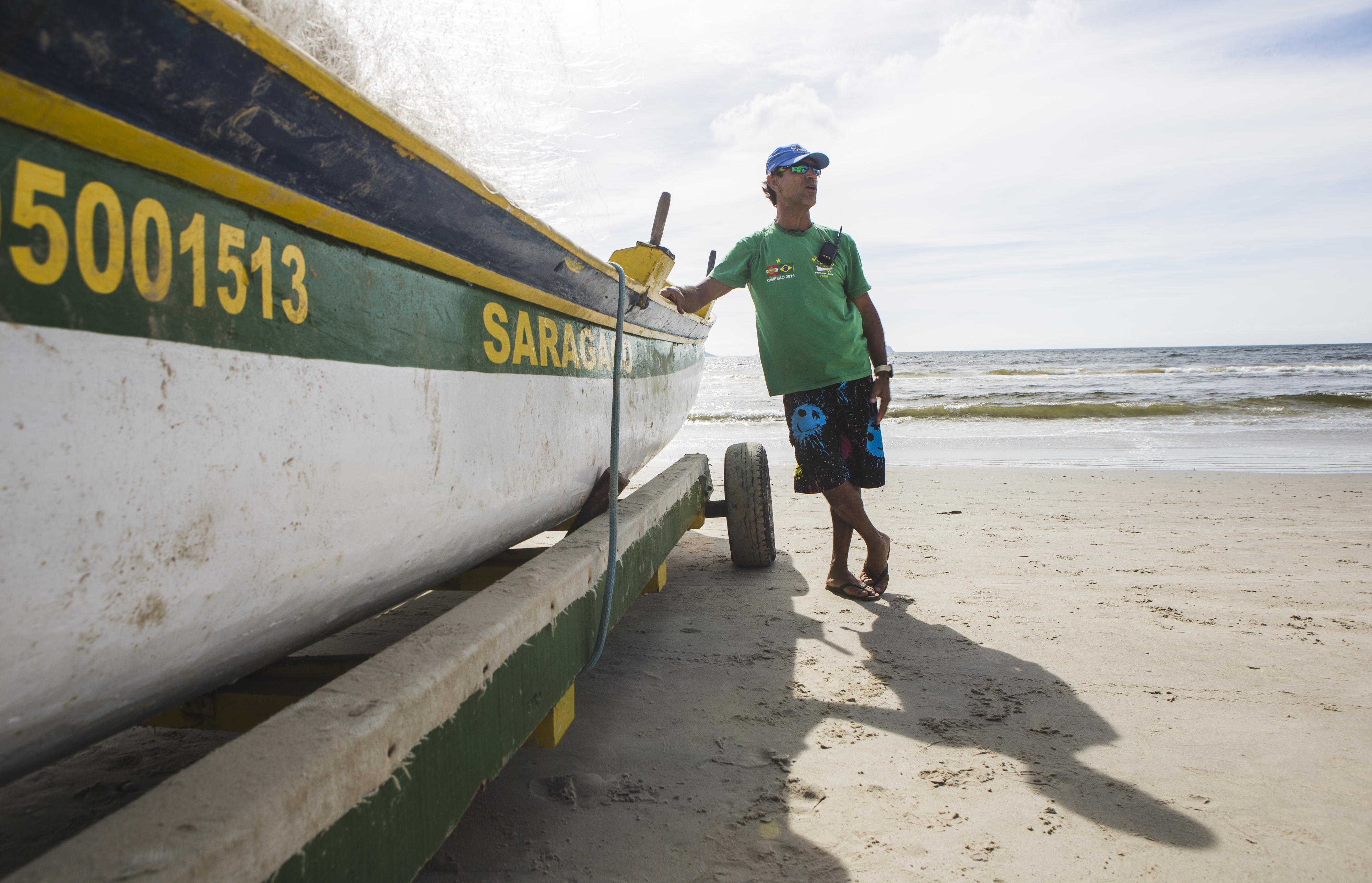 Na praia da Barra da Lagoa, o pescador Laurentino Benedito Neves orienta quem vai à praia para surfar - Daniel Queiroz/ND