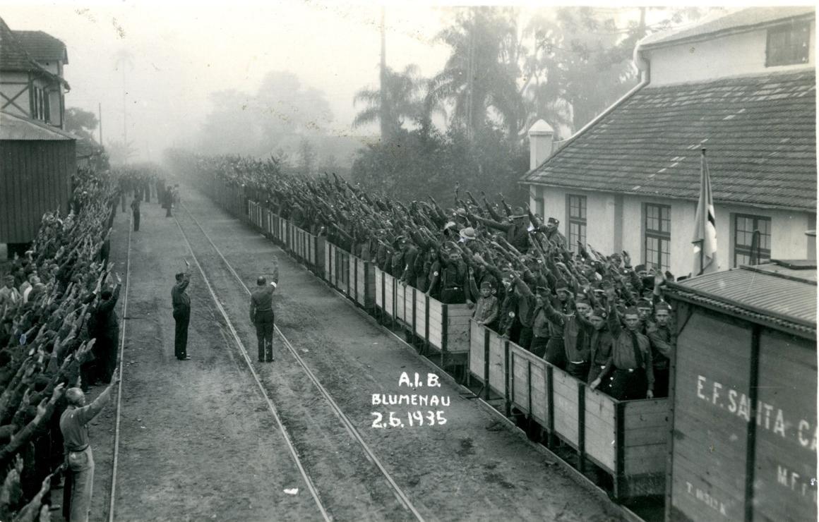 Chegada ao congresso da Ação Integralista Brasileira em 1935, em Blumenau, imagem que remete à Alemanha nazista - Divulgação/ND