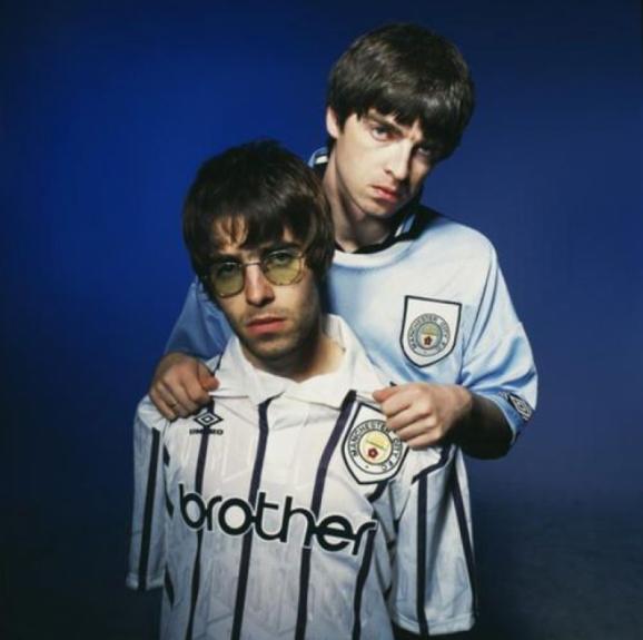 A desavença entre os irmãos Noel e Liam Gallagher são tão fortes que levaram ao fim do Oasis. Mas, eles continuam com pelo menos uma coisa em comum: o amor pelo Manchester City  -  Reprodução