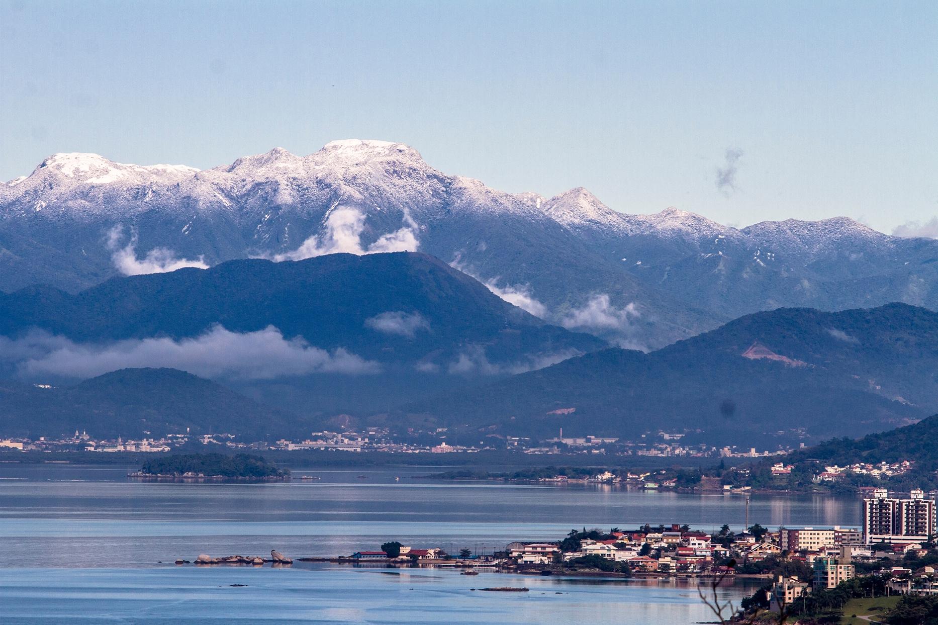O Morro do Cambirela, em Palhoça, ficou amanheceu coberto por neve em 2013 - Daniel Queiroz/ND
